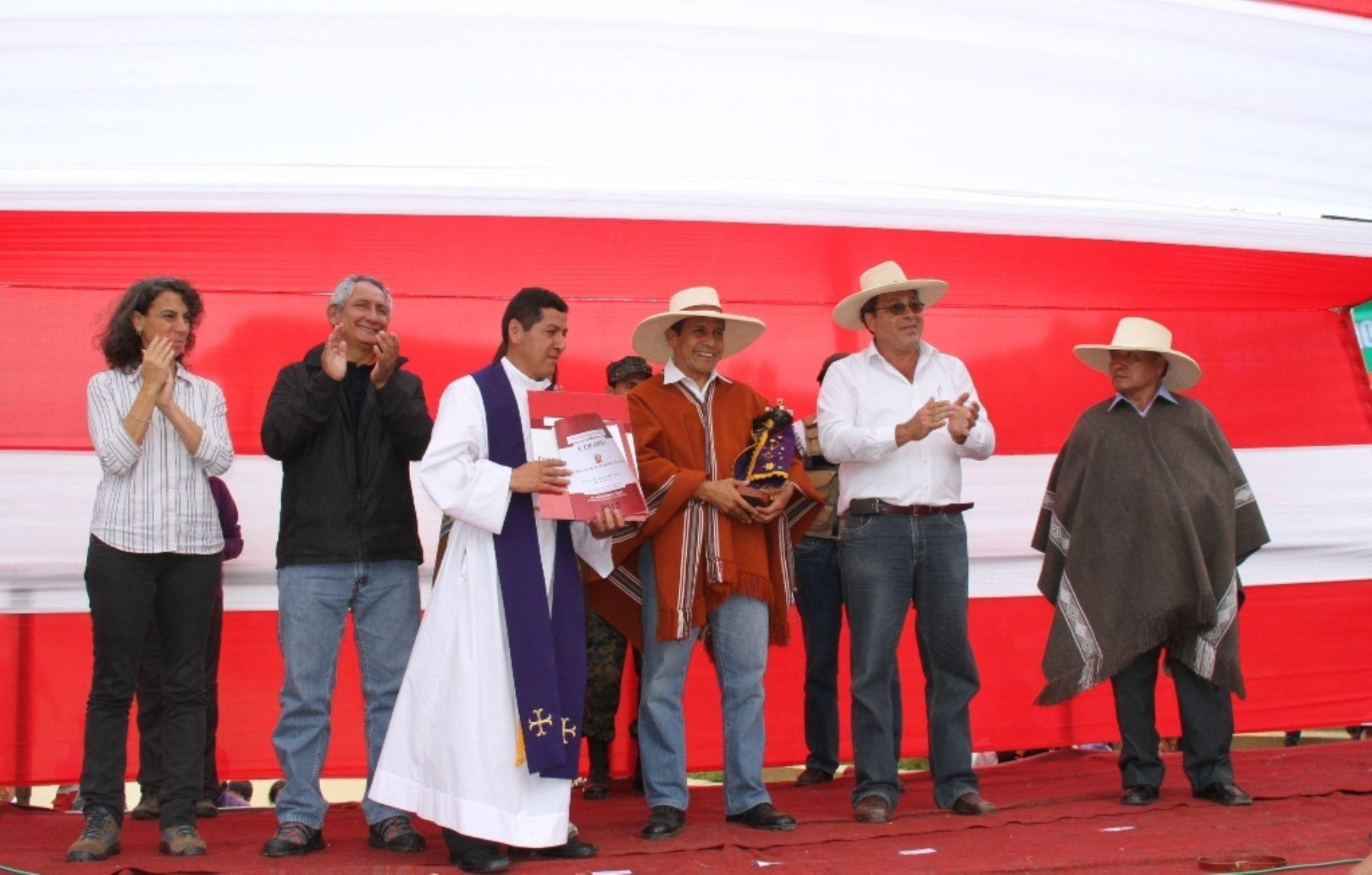 El párroco del santuario del Señor Cautivo de Ayabaca, Wilmer Niño Merino, entregó una réplica de la imagen del santo patrón al presidente Ollanta Humala.