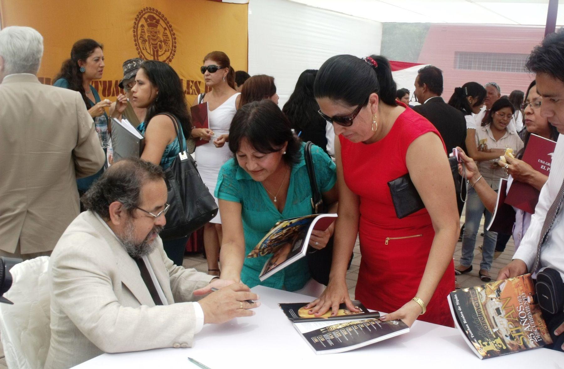 Walter Alva autografió los ejemplares de la obra dedicada a los 25 años del descubrimiento del Señor de Sipán.