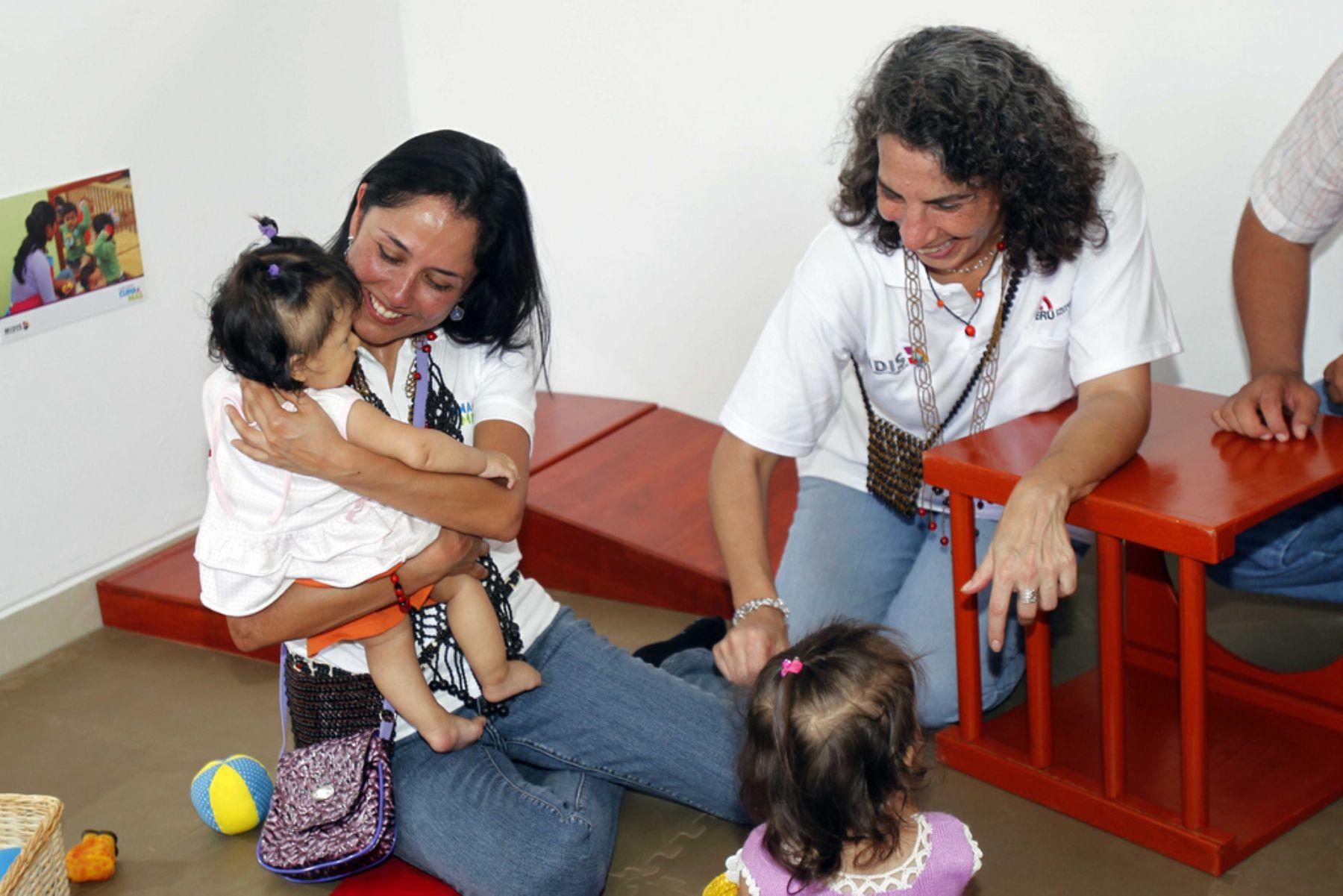 """La Primera Dama de la Nación, Nadine Heredia, participó en actividades por el primer aniversario del programa nacional """"Cuna Más"""", en la ciudad de Bagua. ANDINA/Presidencia"""