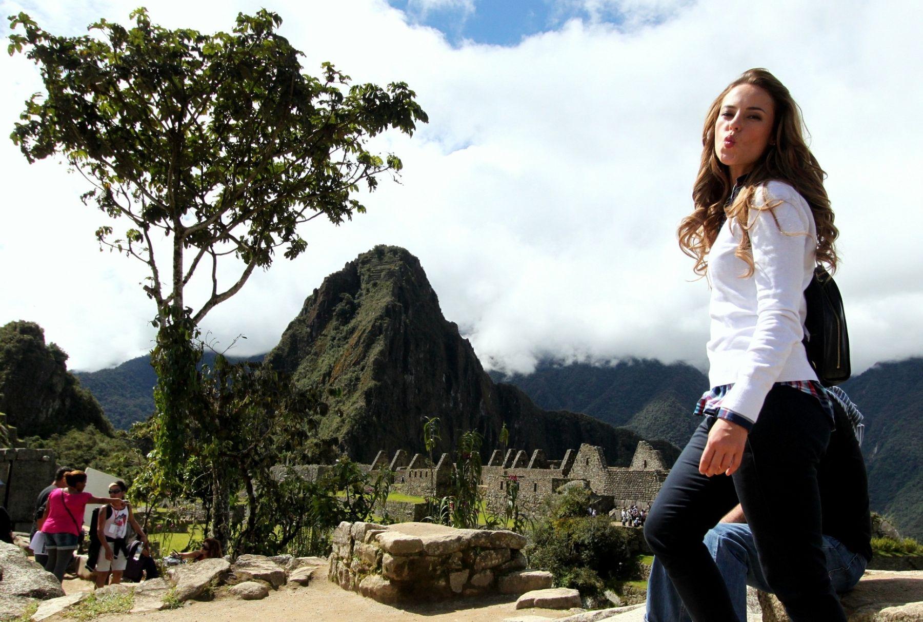 La actriz brasileña Paolla Oliveira se mostró feliz por su visita a Machu Picchu, donde grabó escenas de la telenovela que protagoniza.