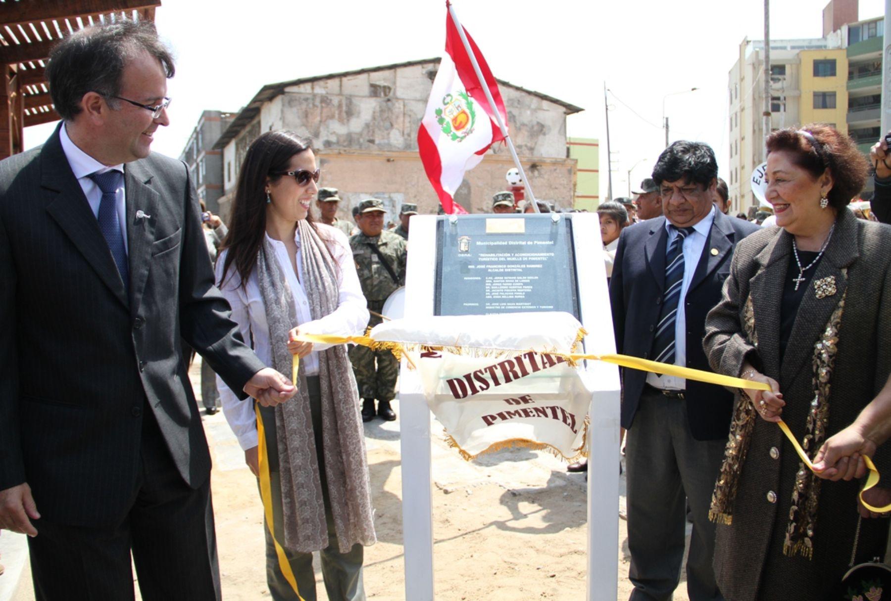 Ministro de Comercio Exterior y Turismo, José Luis Silva, y la viceministra de Turismo, Claudia Cornejo, inauguraron el muelle turístico de Pimentel.