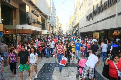 LIMA, PERÚ - DICIEMBRE 22. Limeños realizan sus compras navideñas en Jirón de la Unión.   Foto: ANDINA/Juan Carlos Guzmán Negrini.