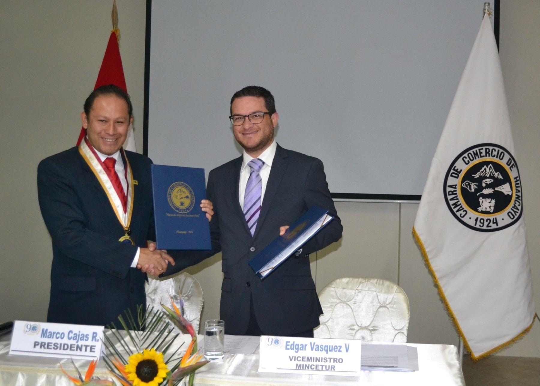 Presidente de la Cámara de Comercio de Huancayo, Marco Cajas, y viceministro de Comercio Exterior, Edgar Vásquez, firmaron acuerdo.