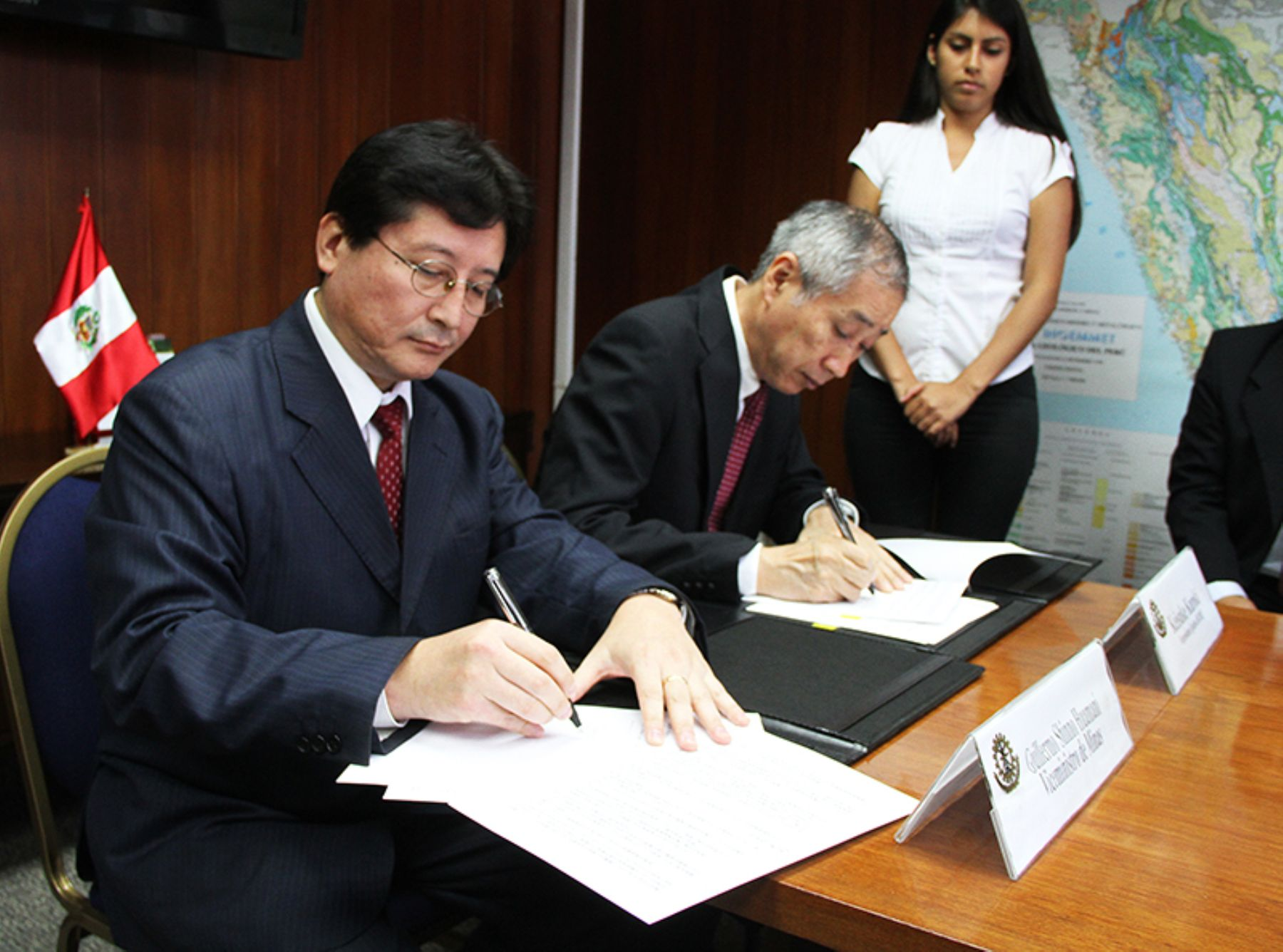 El viceministro de Minas, Guillermo Shinno, y el vicepresidente ejecutivo de Jogmec, Keisuke Kuroki, firman convenio de cooperación bilateral.