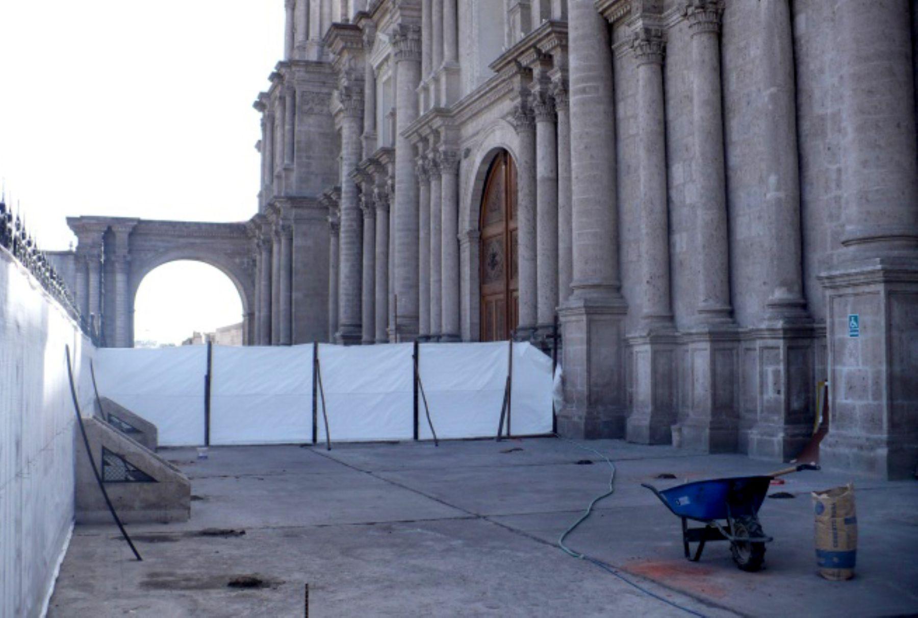Reponen piso de m rmol de carrara en atrio de catedral de for Pisos de marmol de carrara