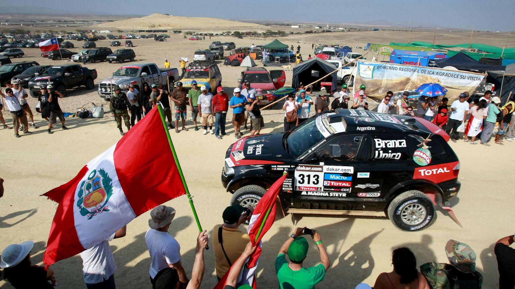 Fiesta de los fierros. Miles de personas se desplazaron a los desiertos del sur para ver el paso de los bólidos que llegaron con el campeonato Dakar.