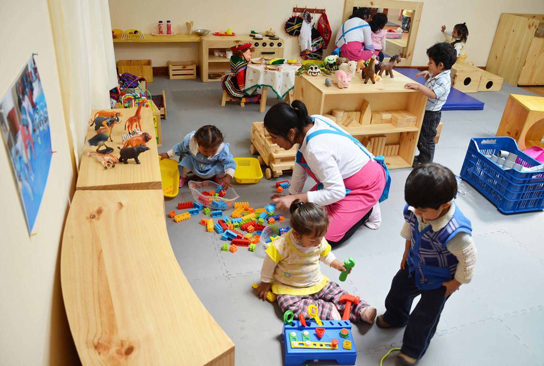 Distribuir n mesas y sillas a 121 escuelas de inicial de for Sillas para inicial