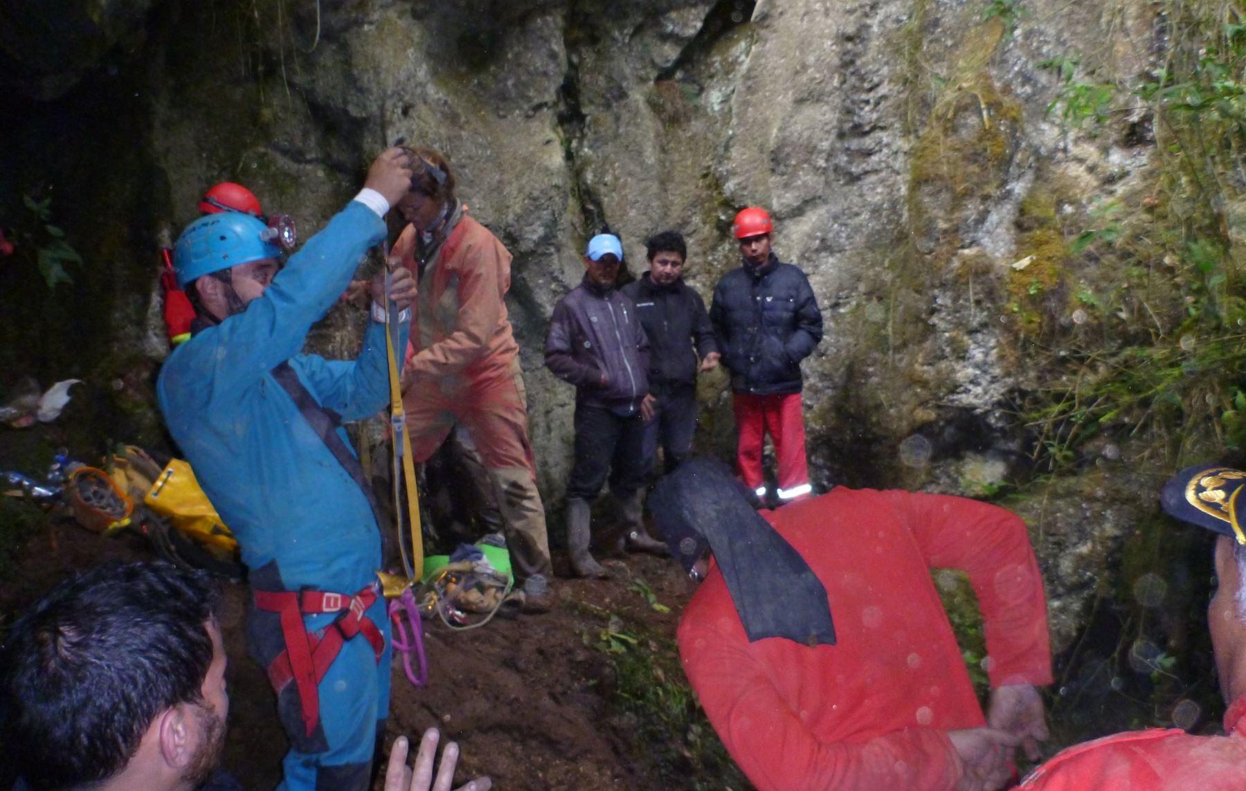 Espeleólogos peruanos y extranjeros trabajan para rescatar al español Cecilio López.