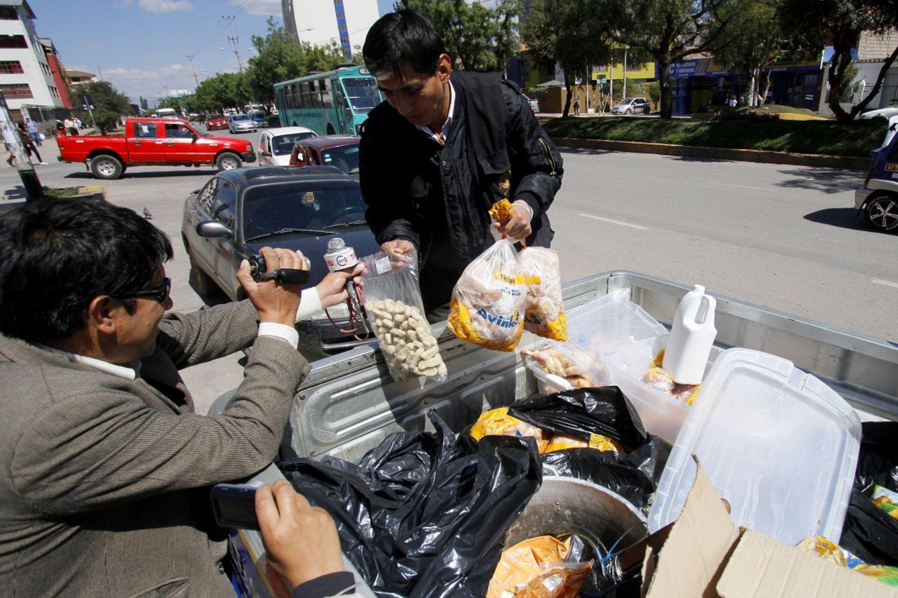 Incautan alimentos en mal estado en locales del Cusco.