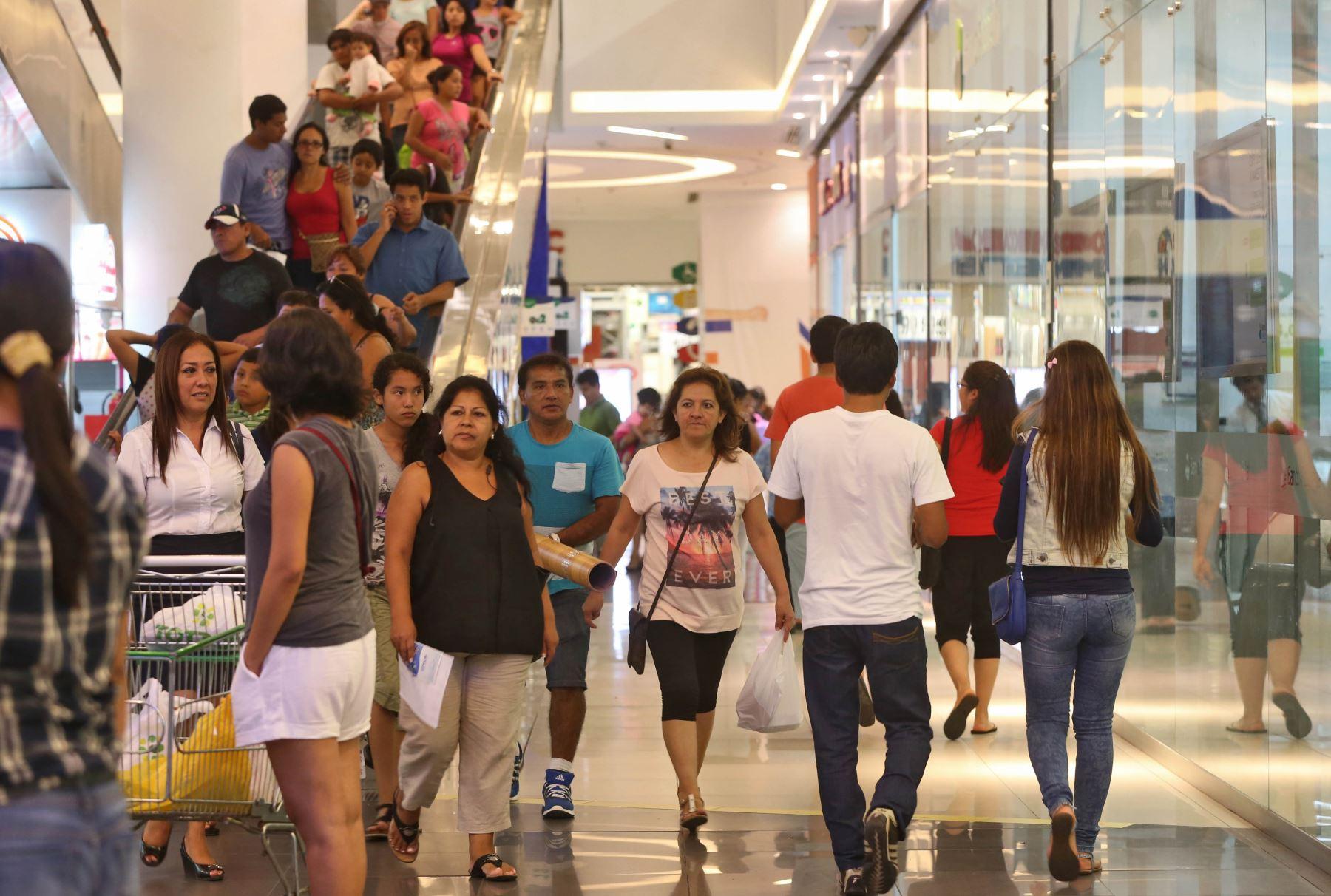 Compras en tiendas por departamento en el Centro Comercial Open Plaza de Angamos.Foto: ANDINA/archivo.