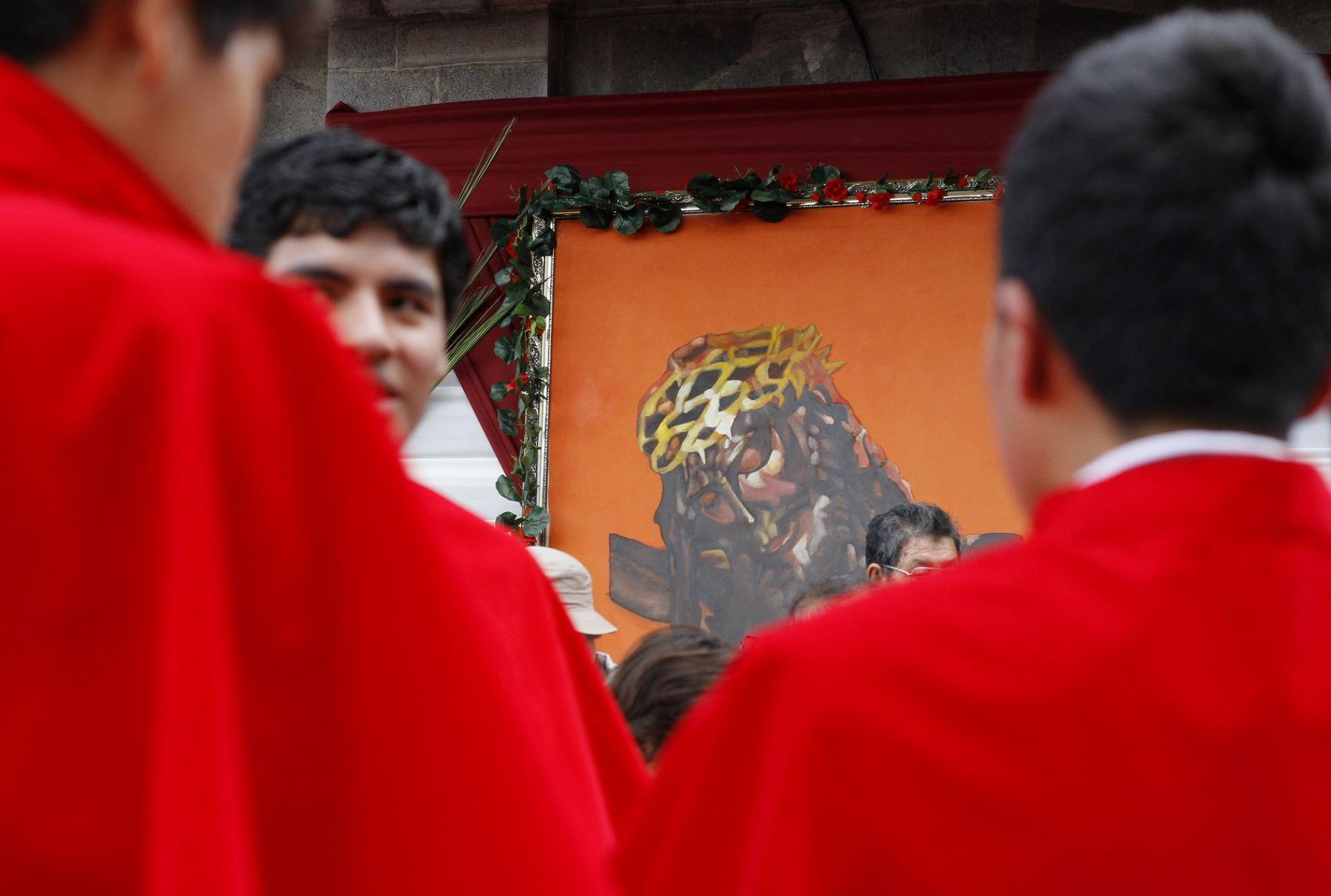 procesión la imagen del Señor de los Temblores, Santo Patrón de Cusco, por las principales calles de la ciudad imperial, como parte de las actividades que se desarrollan por Semana Santa.