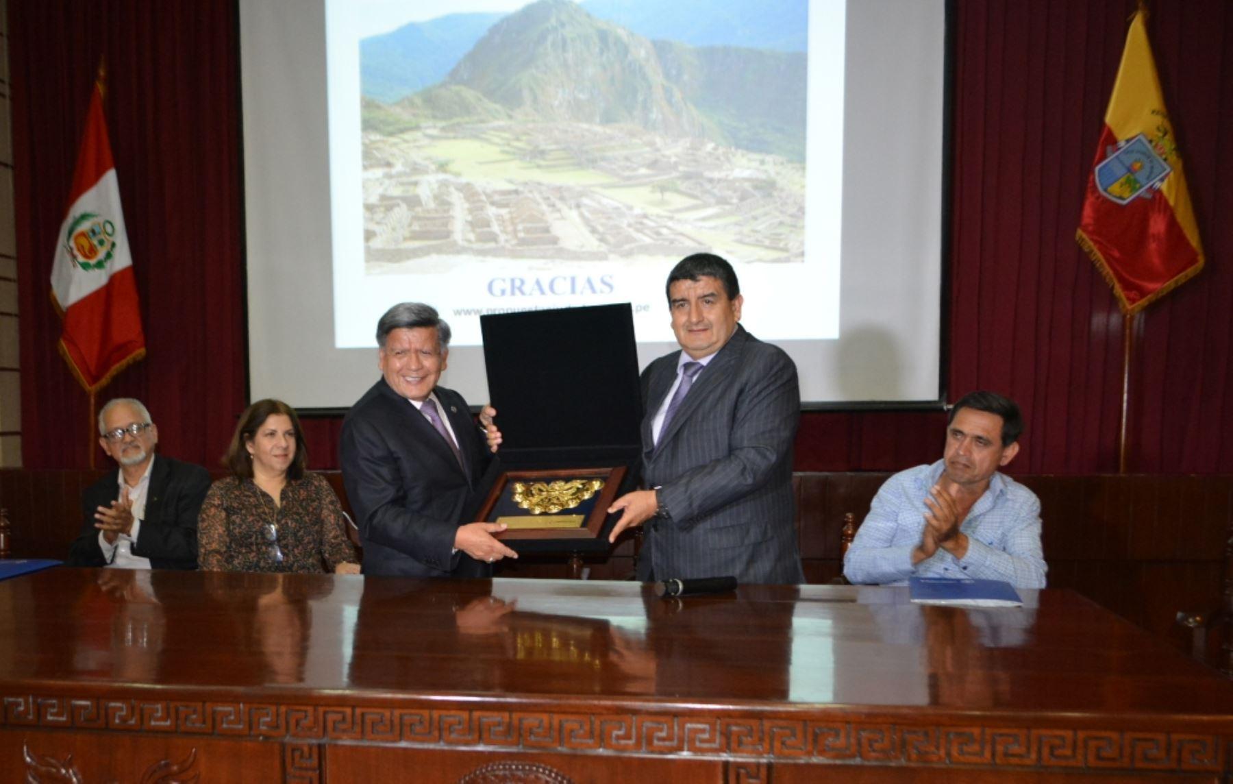 Los gobernadores regionales de La Libertad, César Acuña y de Lambayeque, Humberto Acuña. Foto: ANDINA/Difusión.