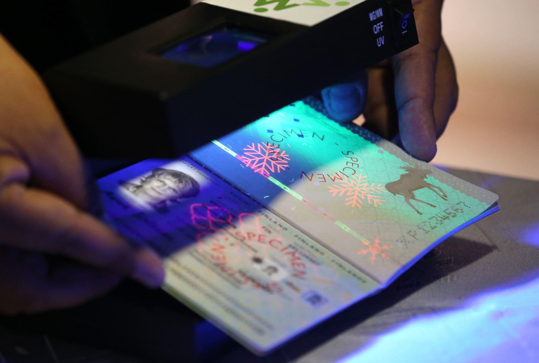 LIMA, PERÚ-AGOSTO 31. Superintendente Nacional de Migraciones,Boris Potozén , lanza  la licitación  sobre el sistema de produción  y gestión  de pasaportes electrónicos Foto: ANDINA/Norman Córdova