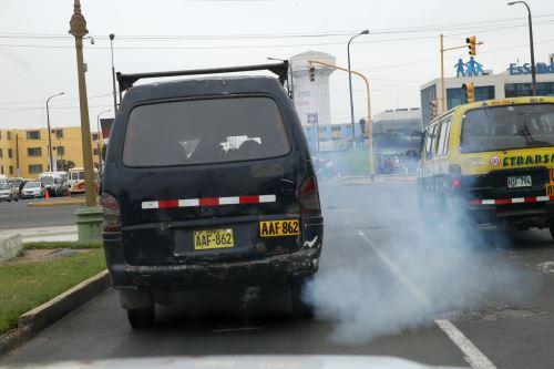 Parque automotor contaminante. Foto: ANDINA/Norman Córdova
