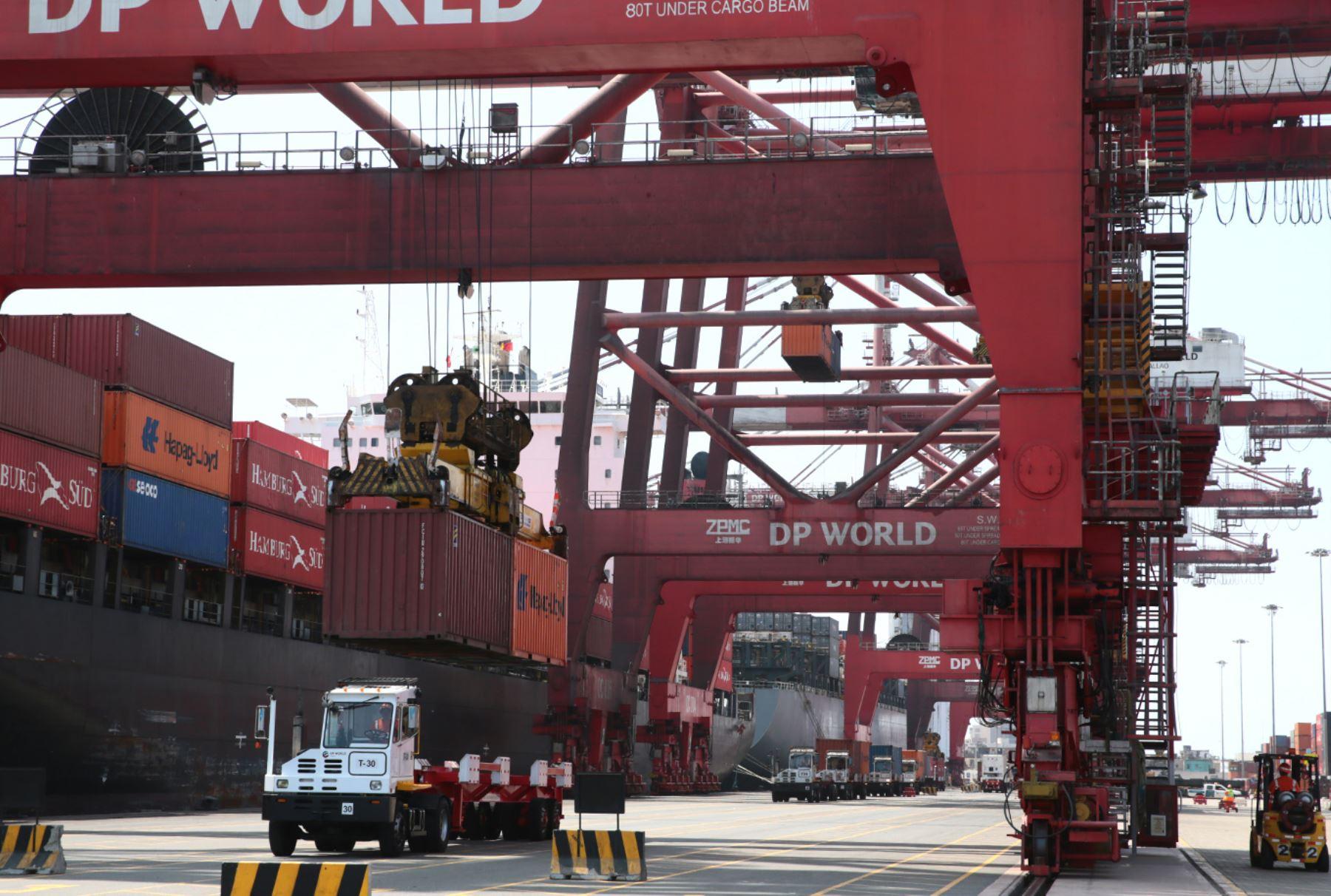 Transporte de carga de comercio exterior en puerto de El Callao. ANDINA/Carlos Lezama