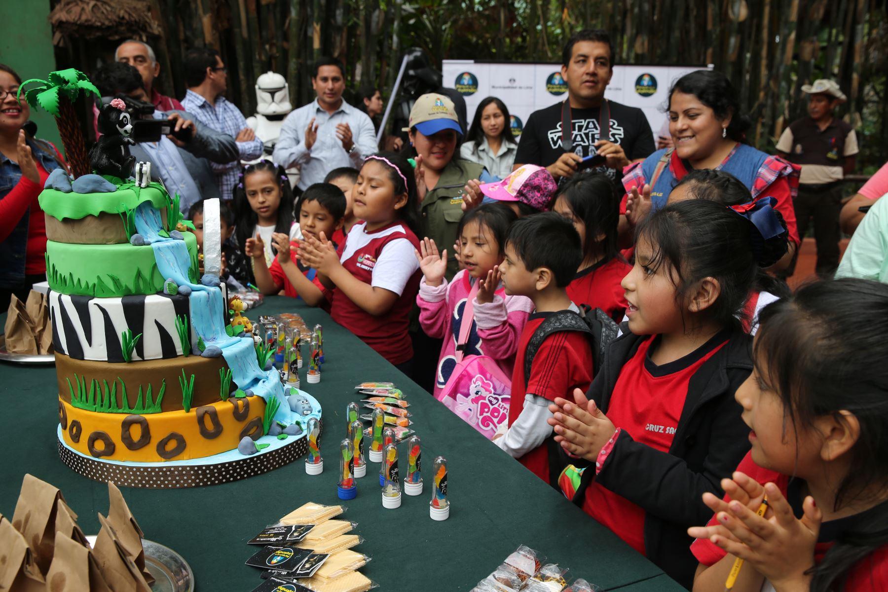Niños le cantan el Cumpleaños Feliz a Estrella, la osa de antejos del Parque de las Leyendas.Foto: ANDINA/Norman Córdova