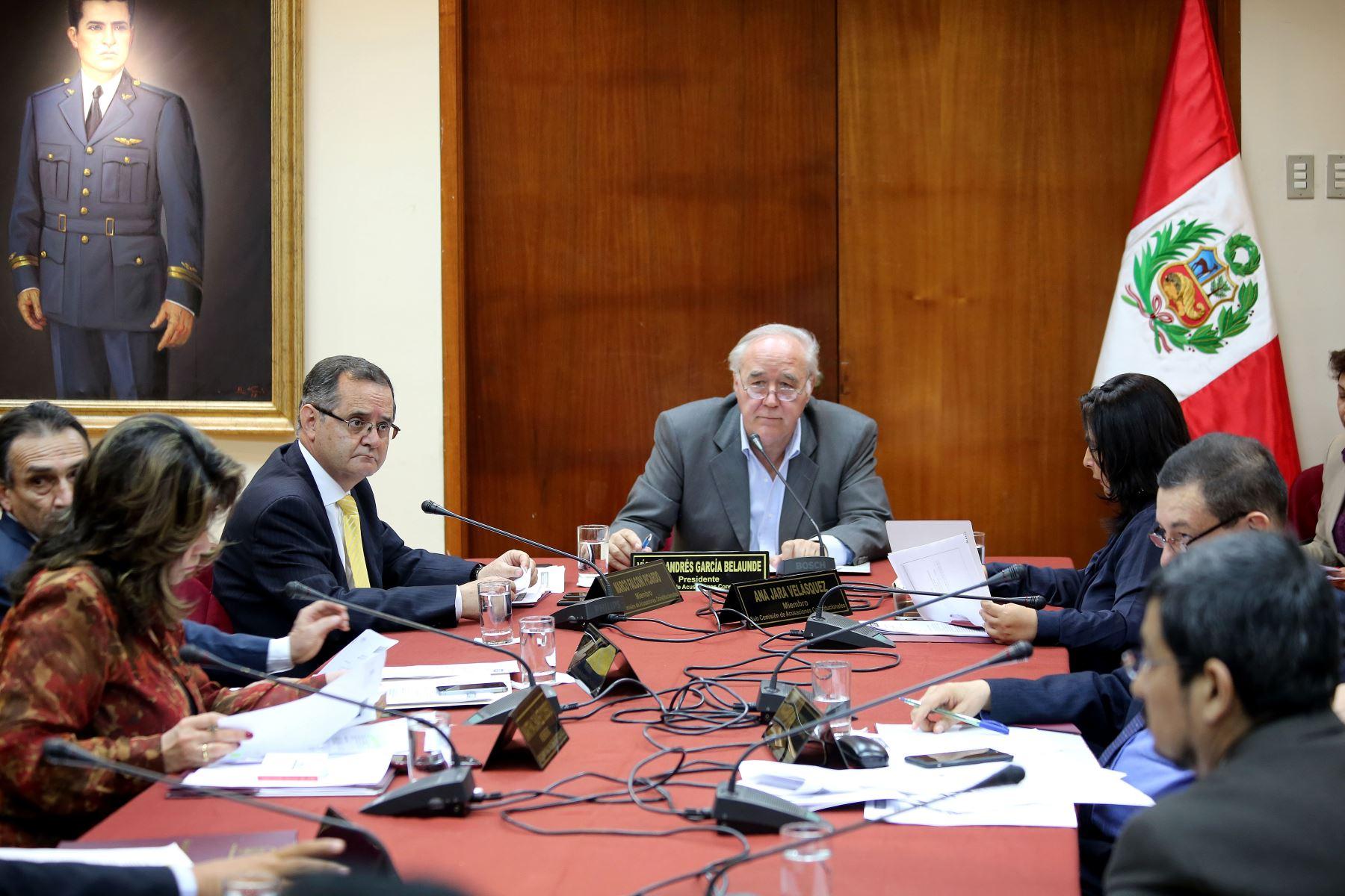 Subcomisión de Acusaciones Constitucionales presido por Víctor Andrés García Belaunde.