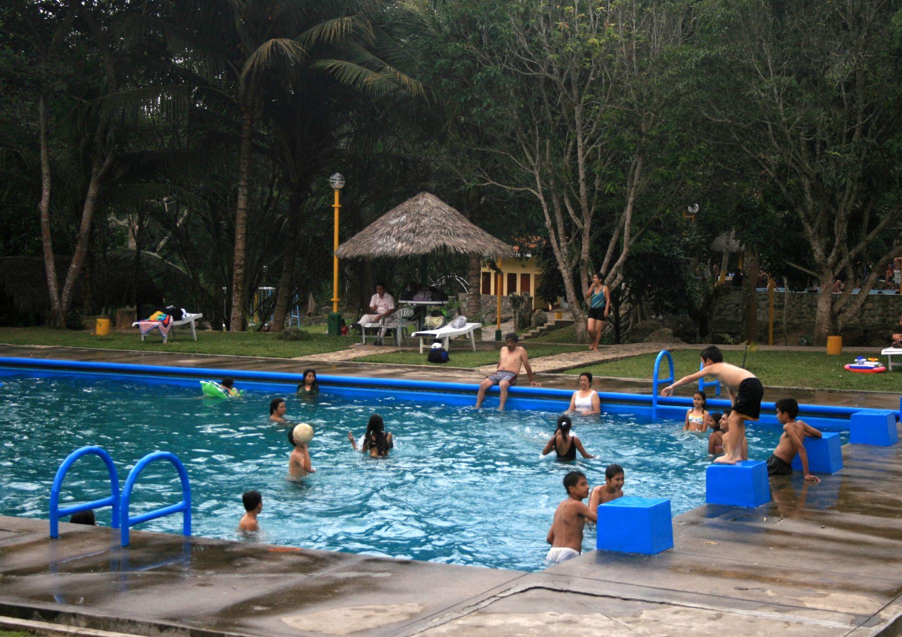 Hasta diez enfermedades pueden contraer ba istas en for Hongos de piscina