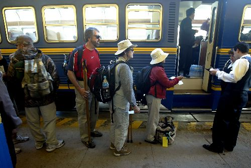 Passengers control on the train from Cusco - Machu Picchu. Photo:ANDINA/ Archive.
