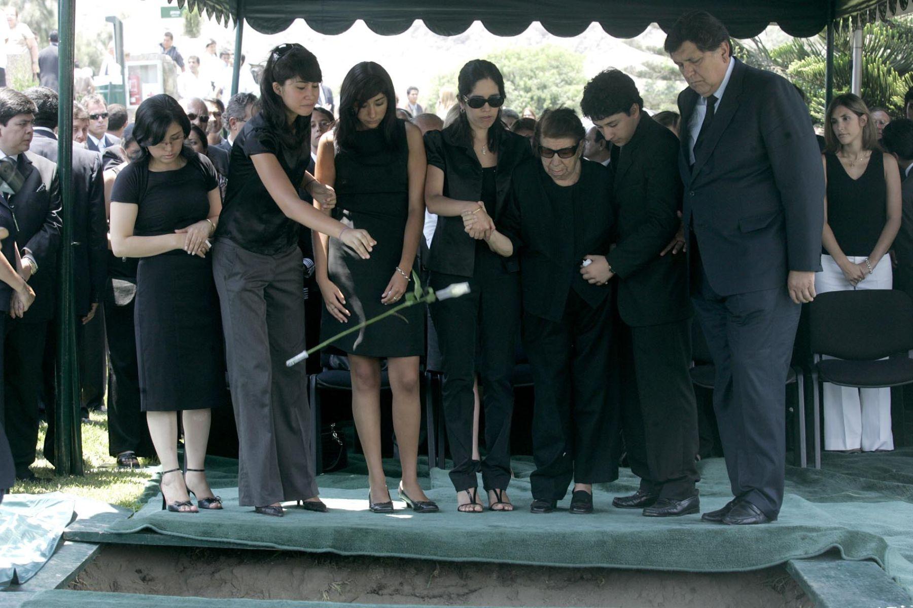 Jefe del estado asisti a sepelio de su hermano carlos for Cementerio jardin de paz pilar