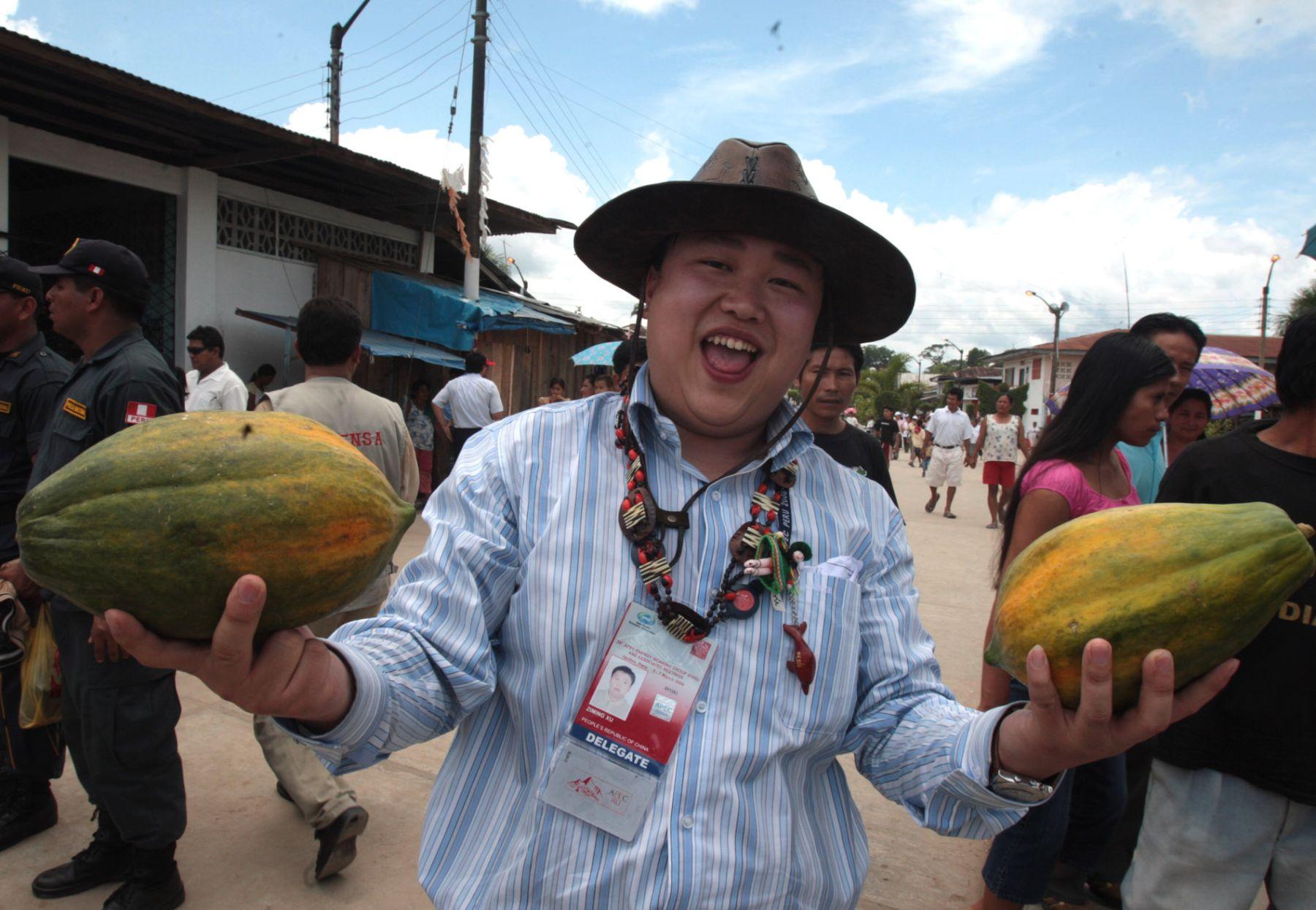 Un delegado del Apec muestra frutos de la selva comprados durante su visita al distrito de Indiana en Loreto. Foto:ANDINA/ Piero Vargas