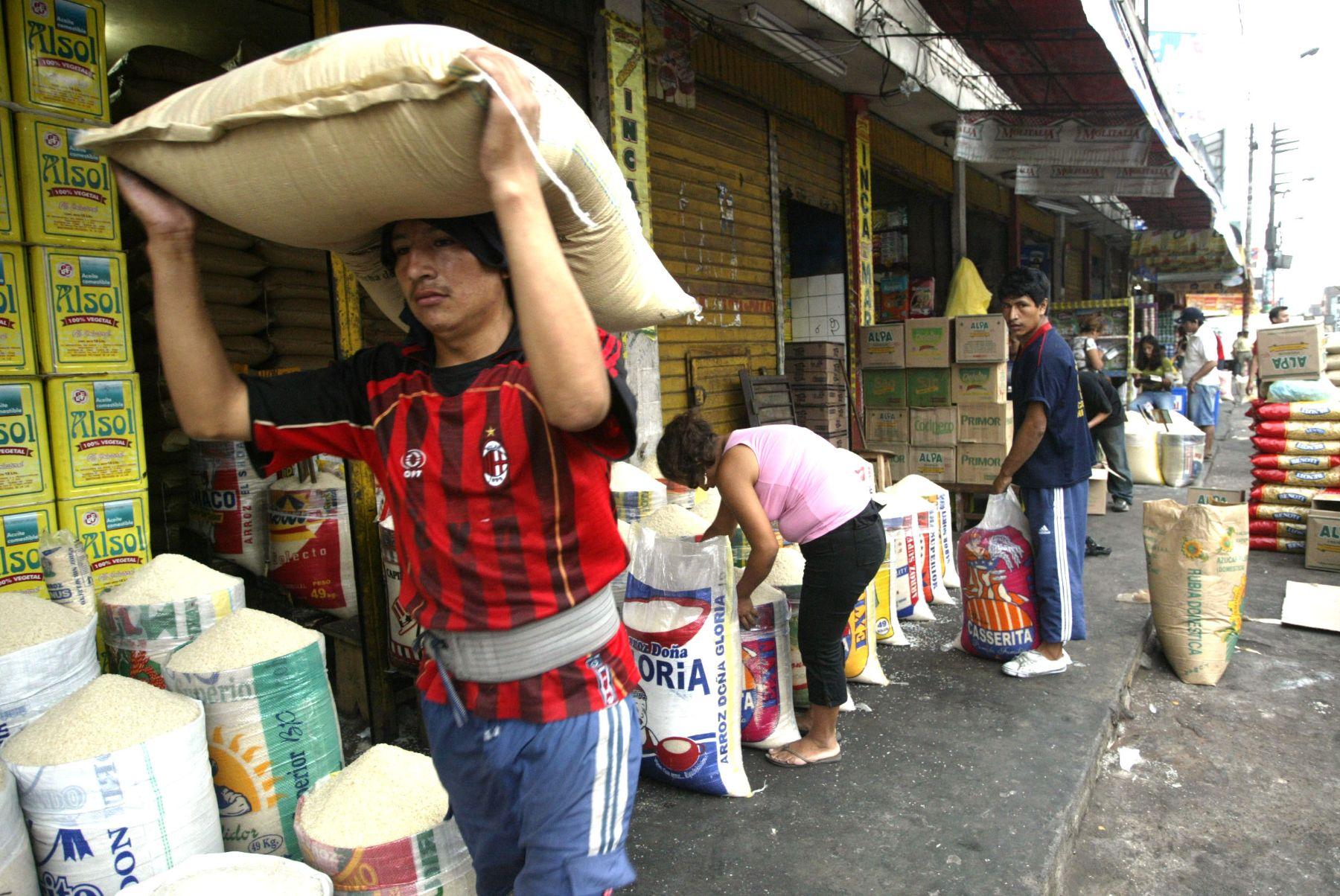 Venta de abarrotes en mercado de la avenida Caqueta. Foto: ANDINA/ Rafael Cornejo.