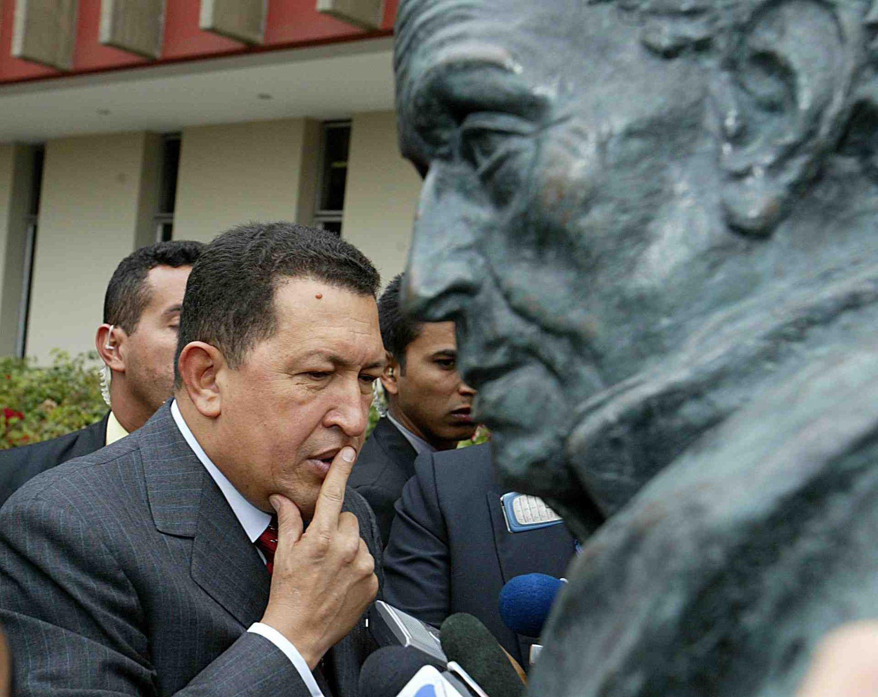 Hugo Chávez cerca del monumento a Símón Bolívar, en la sede de la Comunidad Andina (CAN). Foto: ANDINA/Archivo.