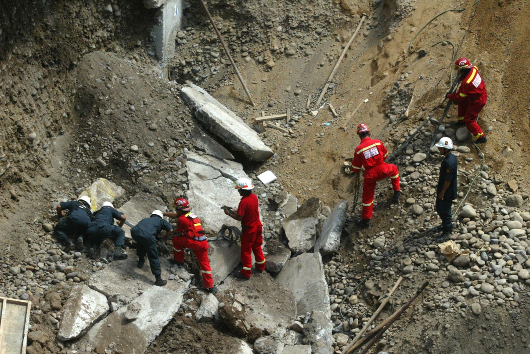 Cuatro obreros quedan sepultados tras derrumbe de pared en obra de Miraflores.Foto:ANDINA/Alberto Orbegoso