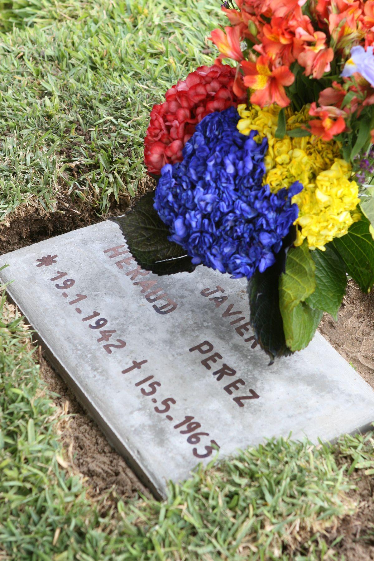 A 45 a os de su muerte restos de poeta javier heraud for Cementerio jardin del mar