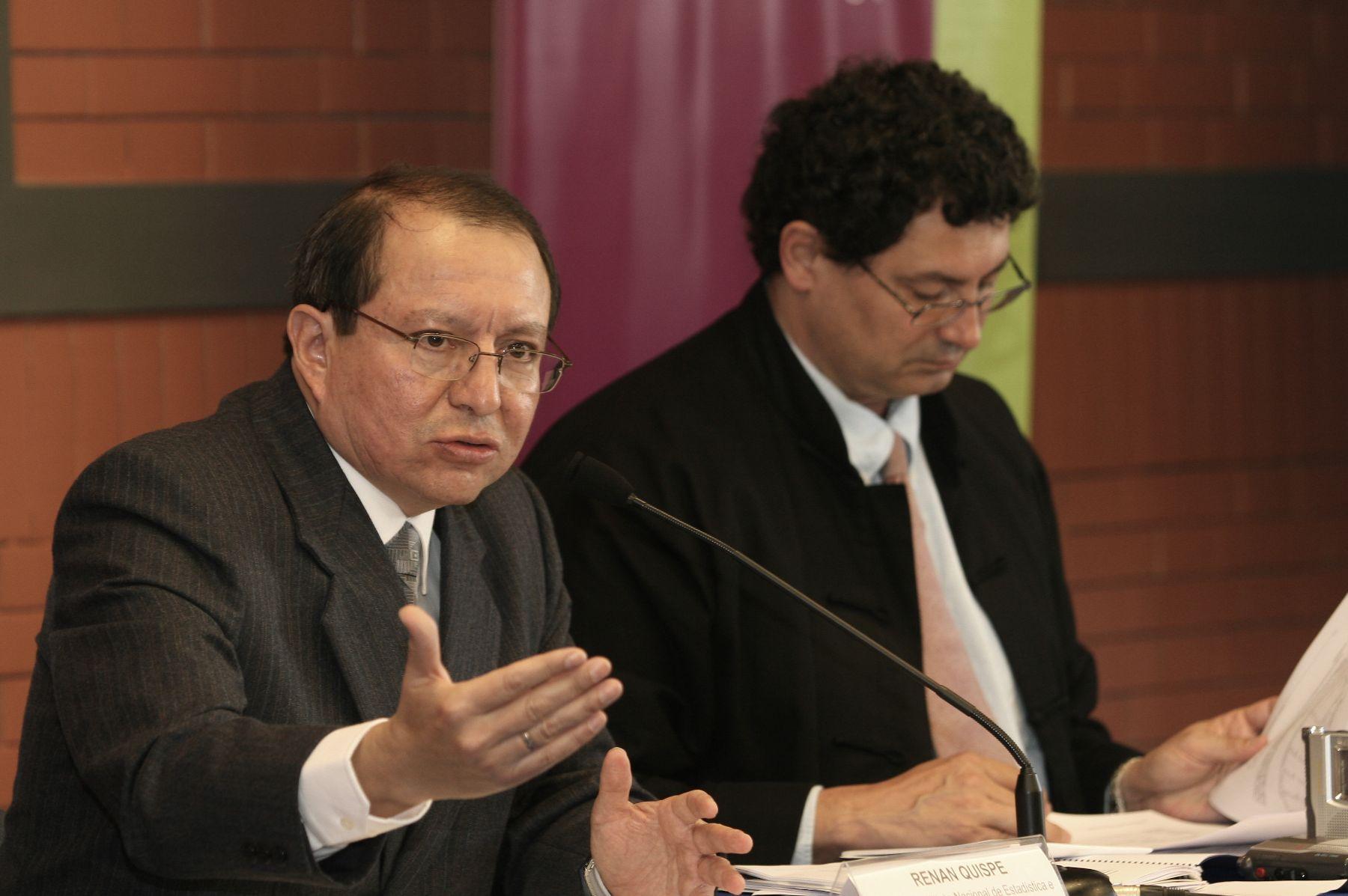 Jefe del Instituto Nacional de Estadistica e Informatica (INEI), Renán Quispe ,presenta cifras sobre la Pobreza en el Perú (2004-2007). Foto.ANDINA/Norman Córdova