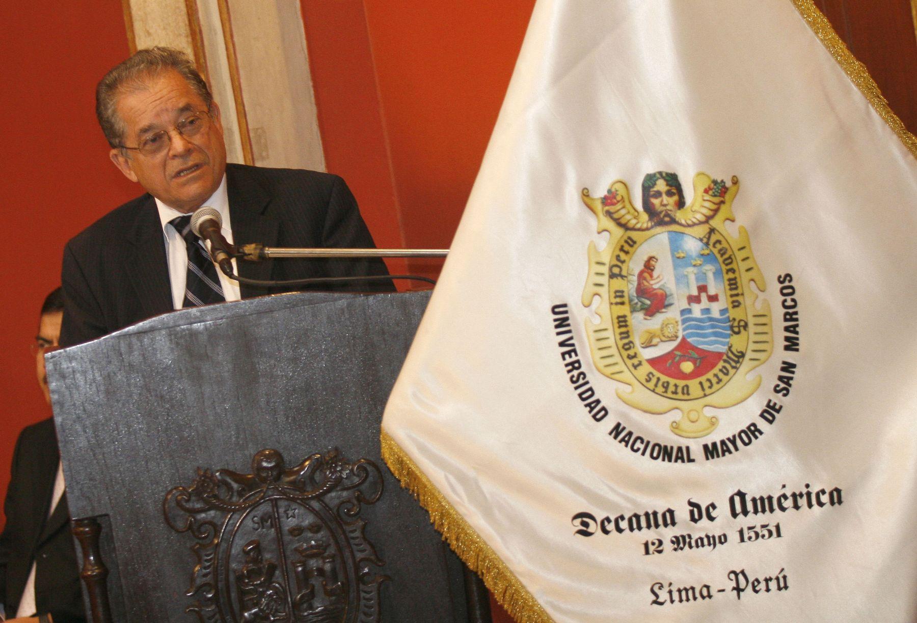 Luis Izquierdo, Rector de la Universidad San Marcos, explica el proceso de admisión 2009-I. Foto. ANDINA/Stephanie Zollner