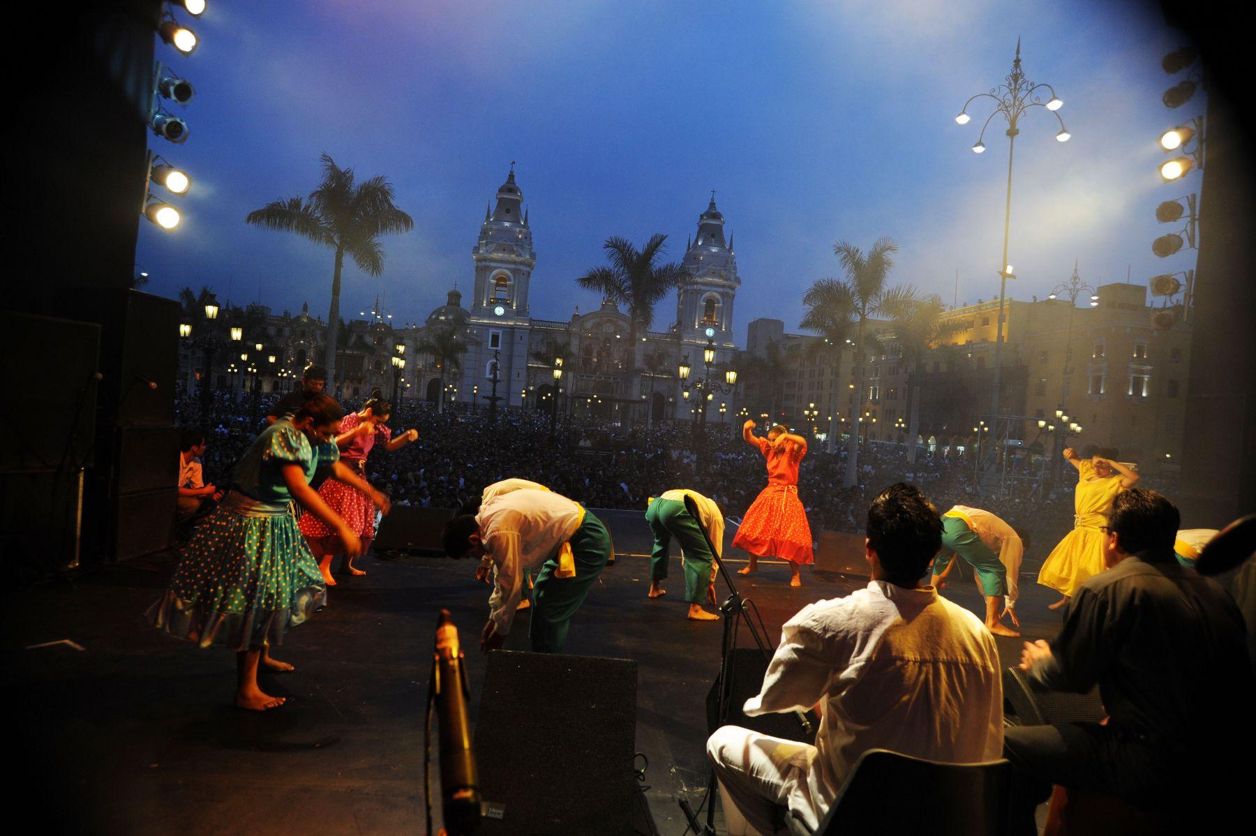 Serenata en la plaza de armas de Lima, en víspera de su 474 aniversario de fundación. Foto: ANDINA/ Walter Alarcón