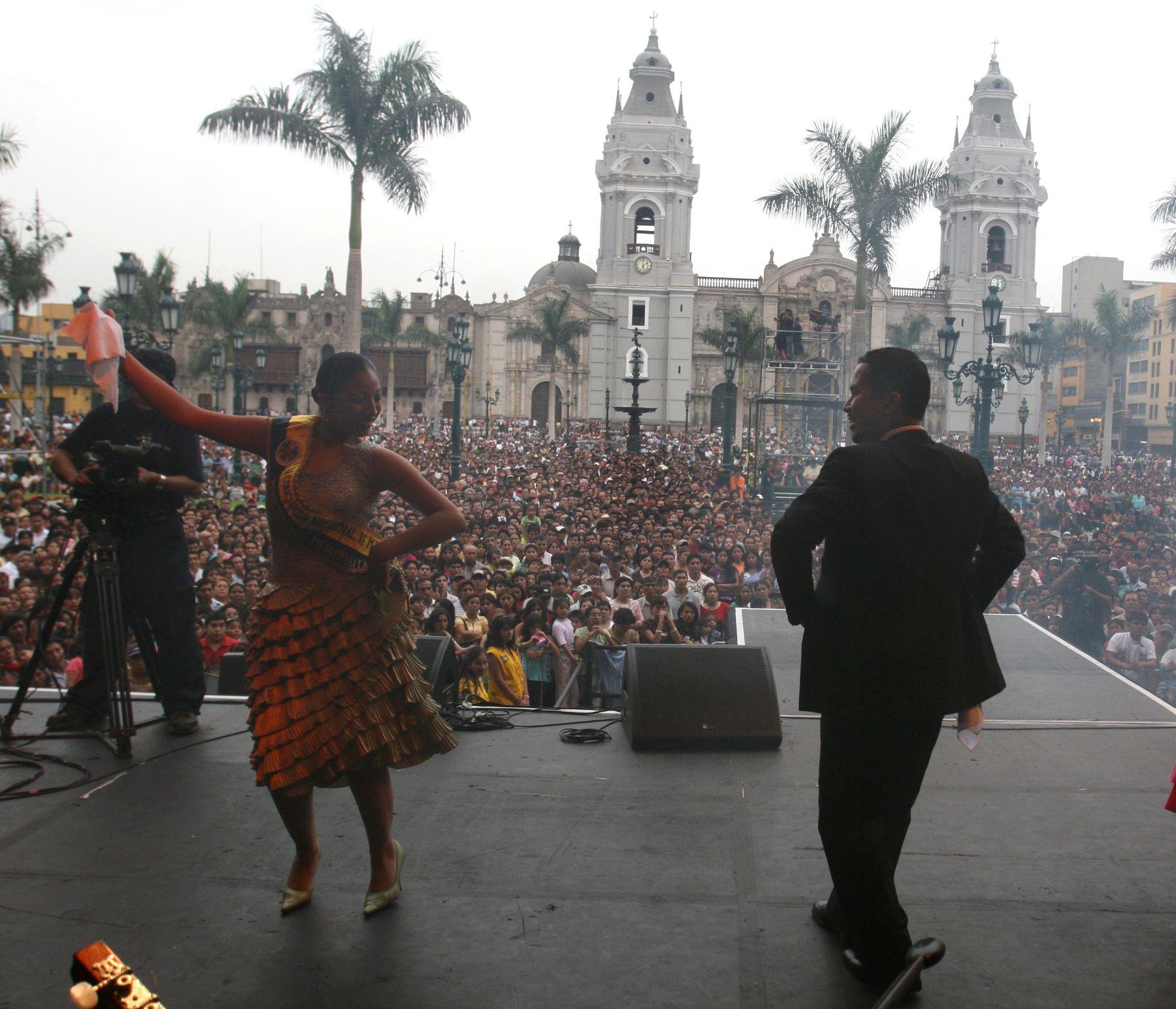 Serenata en la plaza de armas de Lima, en víspera de su 474 aniversario de fundación. Foto: ANDINA/ Vidal Tarqui
