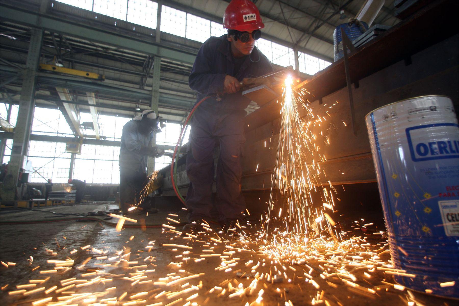 Los trabajos que se realizan en los astilleros del Sima requieren de una gran especialización del personal. Foto: ANDINA/Alberto Orbegoso.