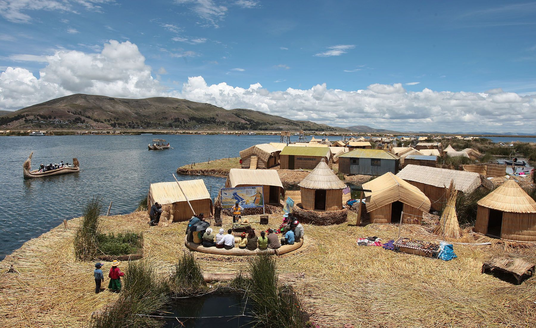 Schoolchildren support Lake Titicaca candidature at new seven wonders of nature contest. Photo:ANDINA/Carlos Lezama.