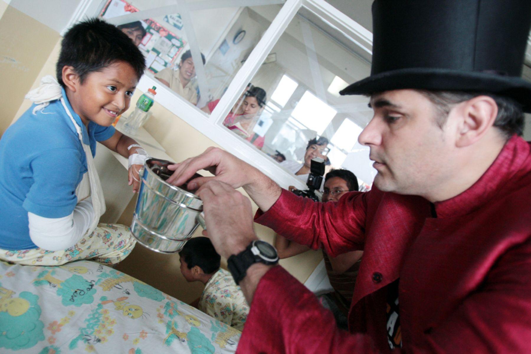 Magos españoles visitan el ex hospital del Niño. Foto: ANDINA/Carlos Lezama.