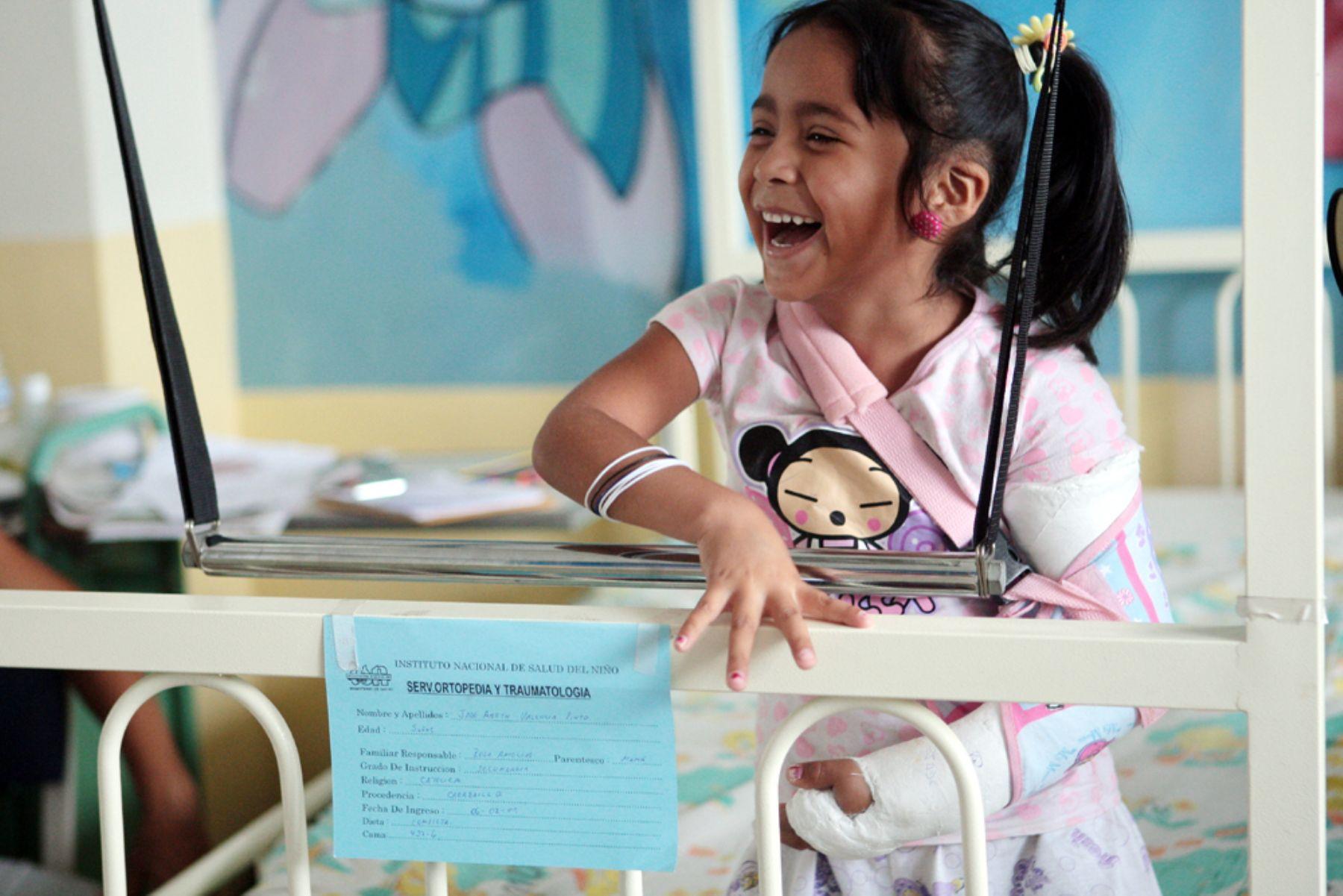 Pequeños pacientes del ex hospital del Niño disfrutaron showde magos españoles. Foto: ANDINA/Carlos Lezama.