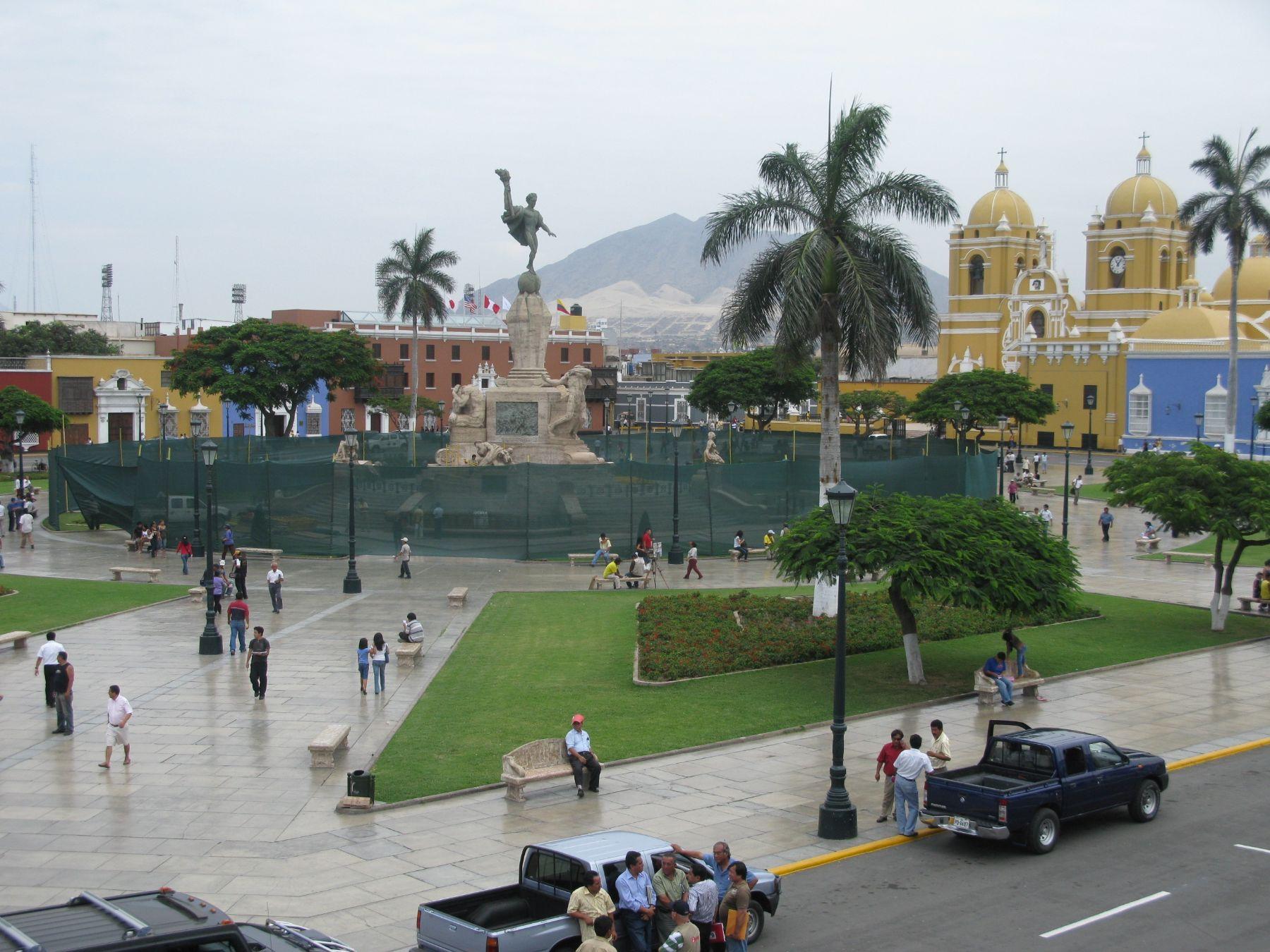 Se realizan trabajos en el monumento a la libertad de la plaza de Armas de Trujillo. Foto: ANDINA / Óscar Paz.