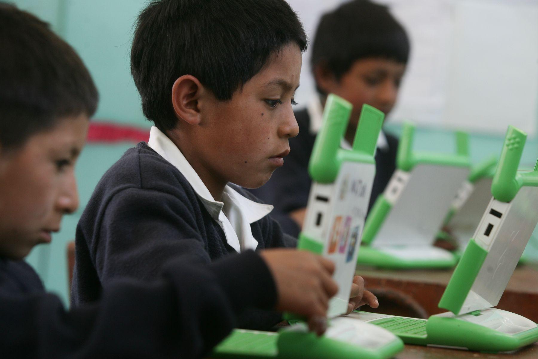 Hasta julio de 2011 entregarán 810 mil laptops a escolares de primaria y secundaria. Foto: ANDINA/Archivo.