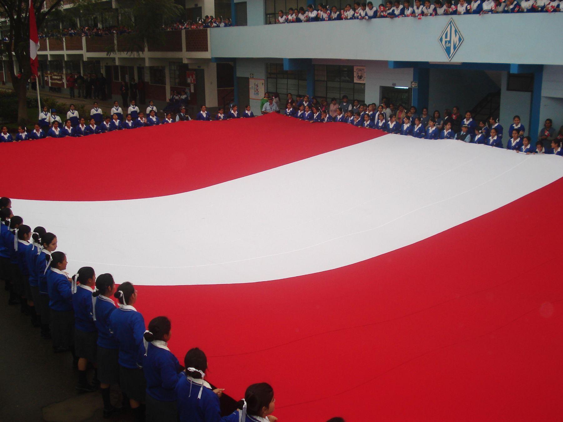 En Comas se exhibió la bandera más grande del país.