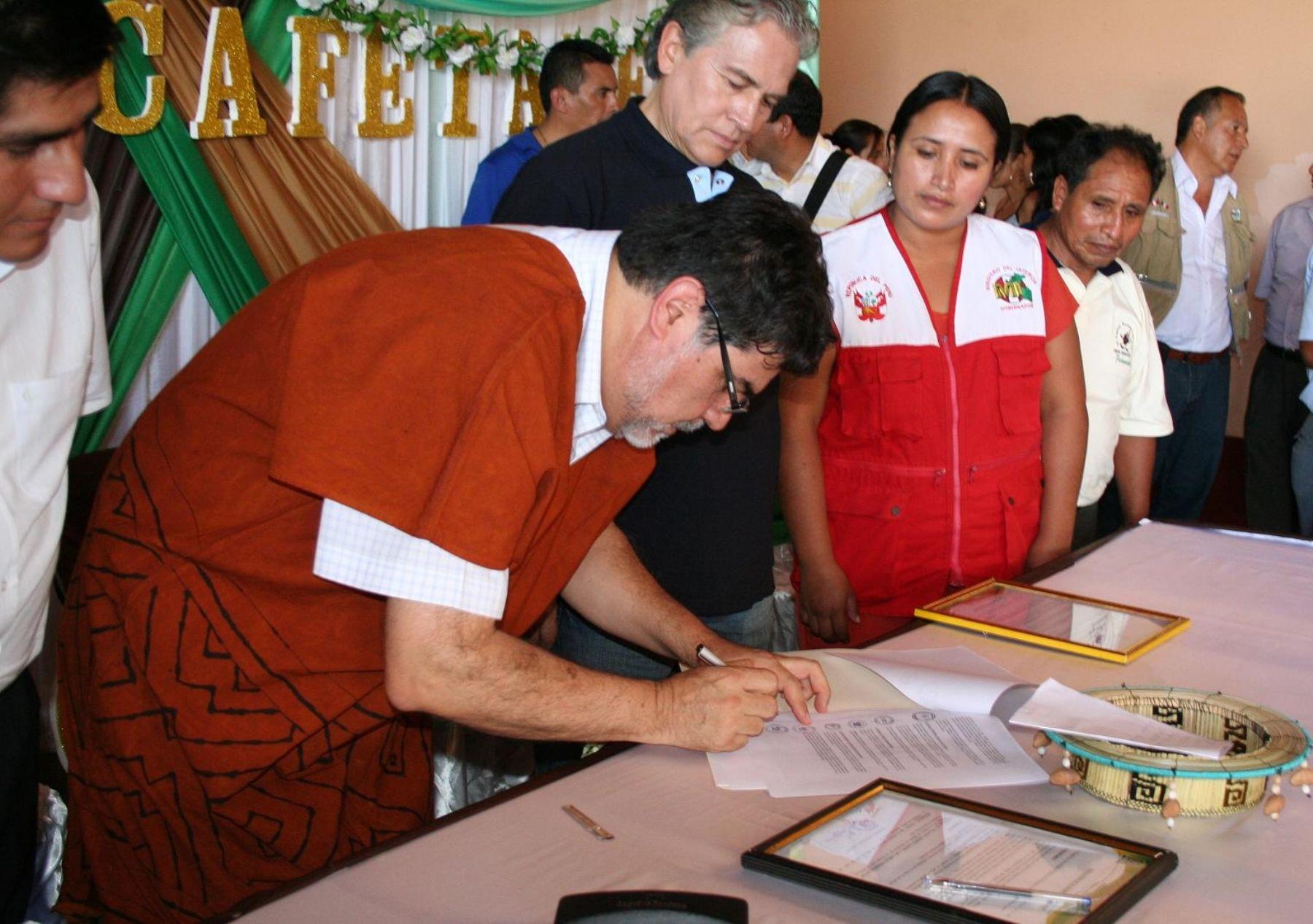 Ministro Leyton firma convenio que sede local del INIA en Pichanaki para que funcione el Instituto Nacional del Café. FOTO: Minag