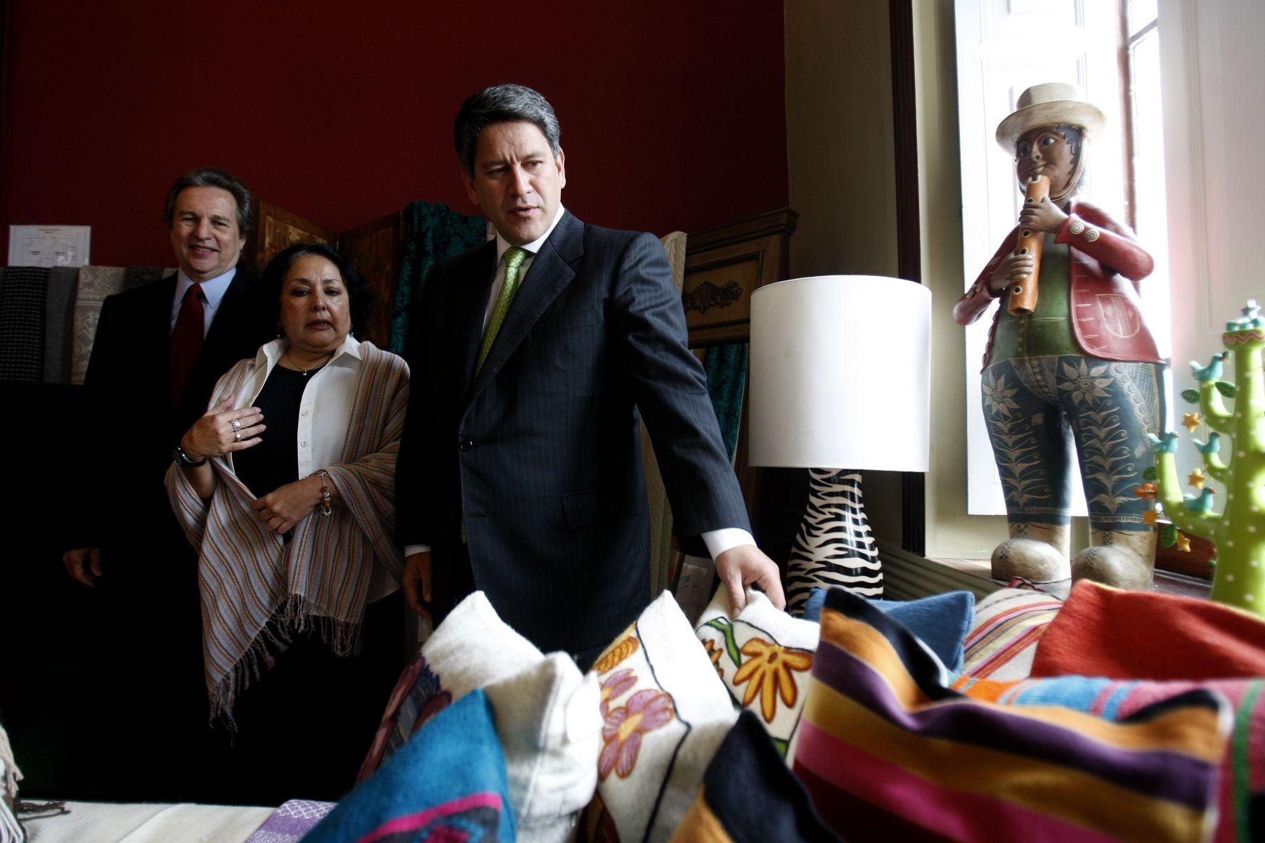 Ministro de Comercio Exterior y Turismo, Martín Pérez, en la Casa Berrocal, lugar donde se exhiben trabajos artesanales para la exportación. Foto: ANDINA/Juan Carlos Guzmán Negrini.