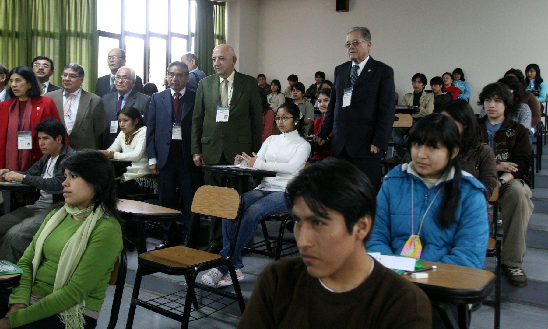 Luis Izquierdo, rector de la UNMSM, visitó algunas aulas para supervisar examen de ingreso a universidad. Foto : ANDINA/ Jorge Paz H.