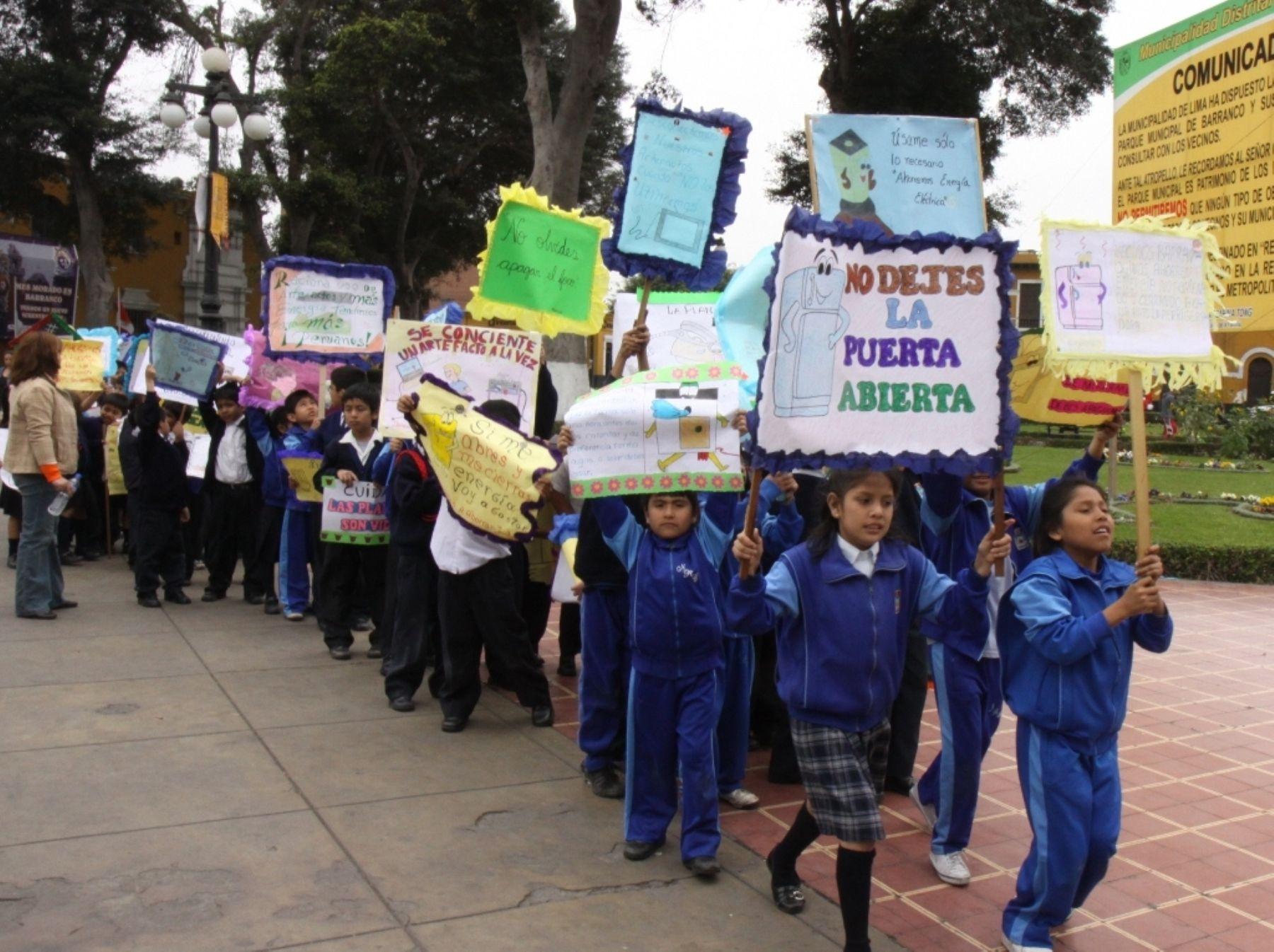 Escolares desfilaron hoy pidiendo ahorro de energía. Foto: Difusión
