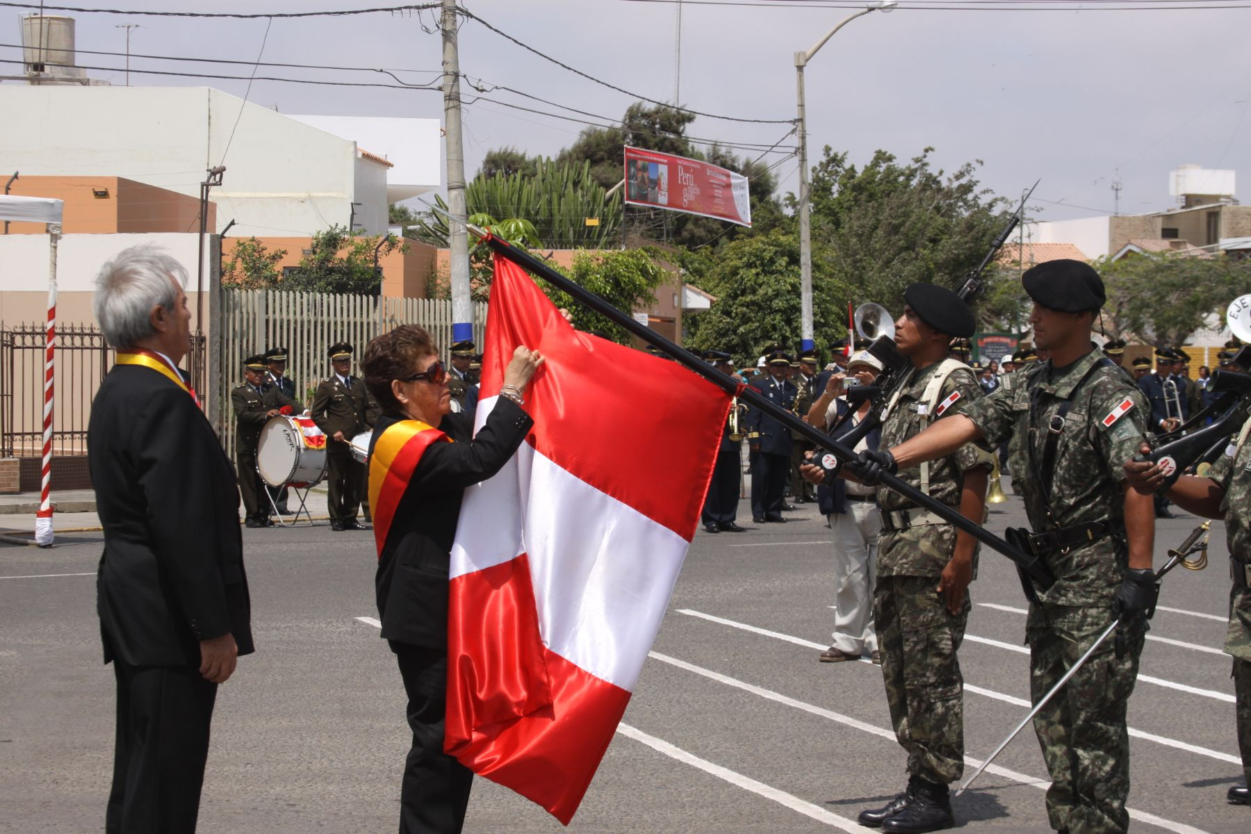 La presidenta regional de Lambayeque, Nery Saldarriaga, impuso la medalla de la región a la Bandera peruana. Foto: Gobierno regional de Lambayeque.