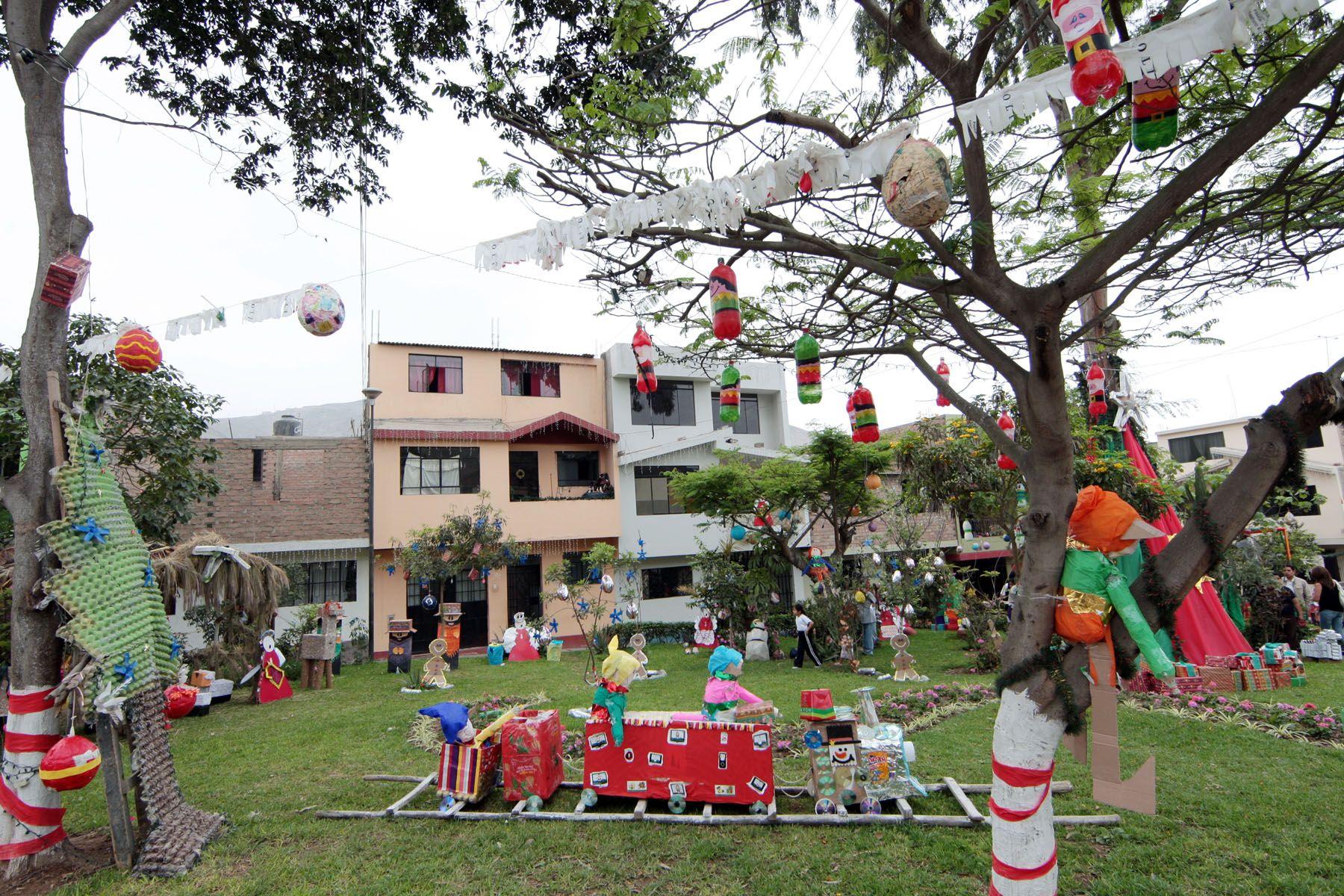 Arreglos navideños con materiales reciclados en parques de La Molina.Foto: ANDINA/Carlos Lezama