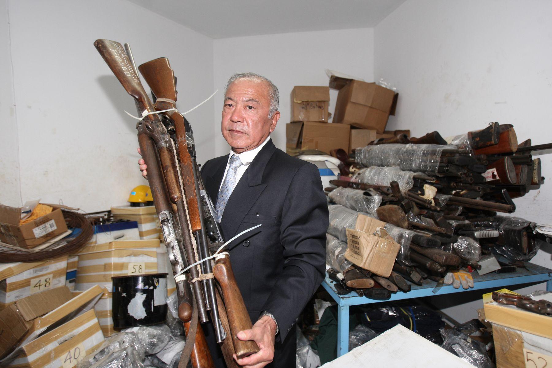 Director general de la Dicscamec, Ricardo Alberto Ganiku Furugen, en presentación de decomiso de armas. Foto: ANDINA/Norman Córdova.