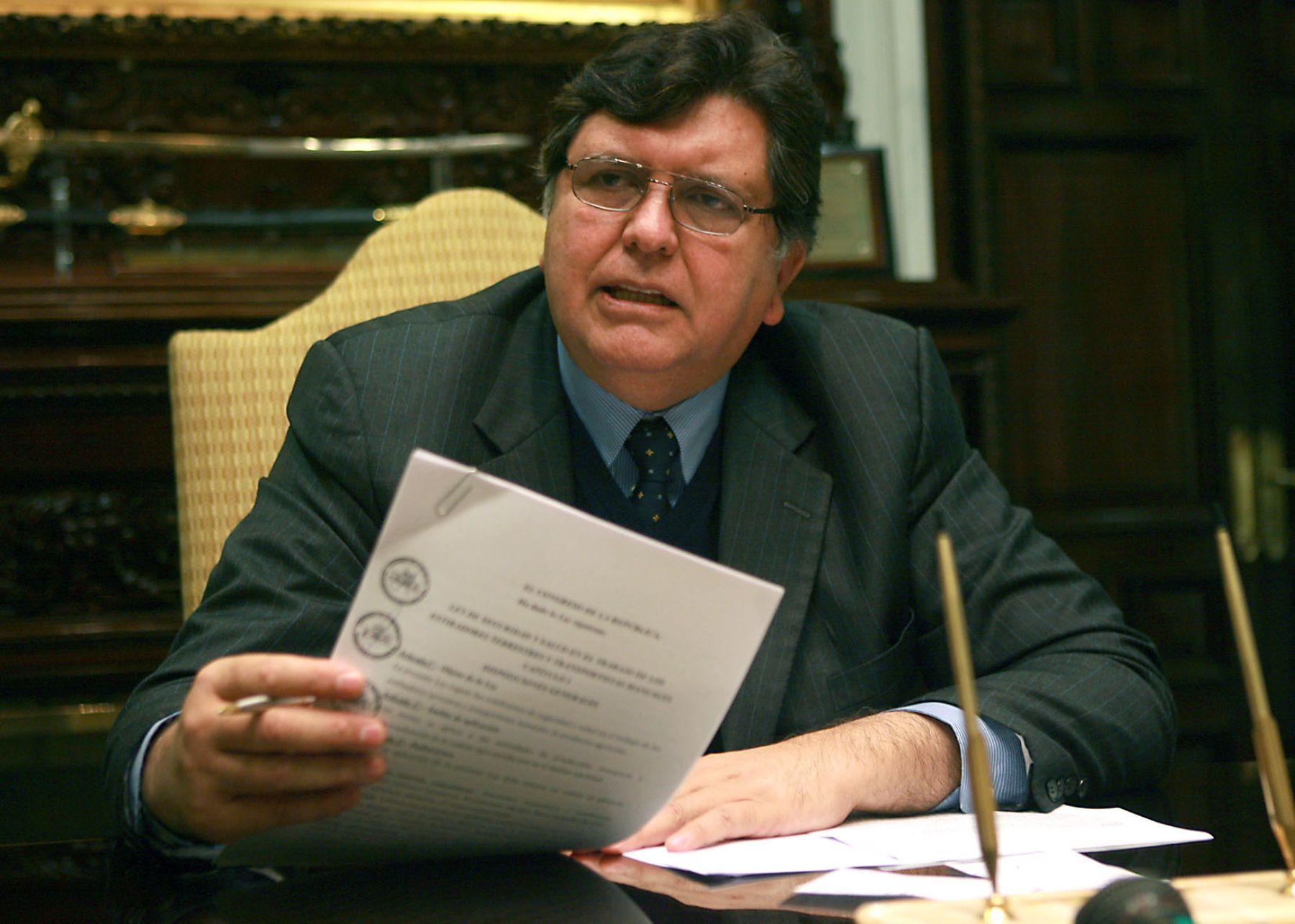El presidente Alan García firma decreto. Foto: ANDINA/Archivo.