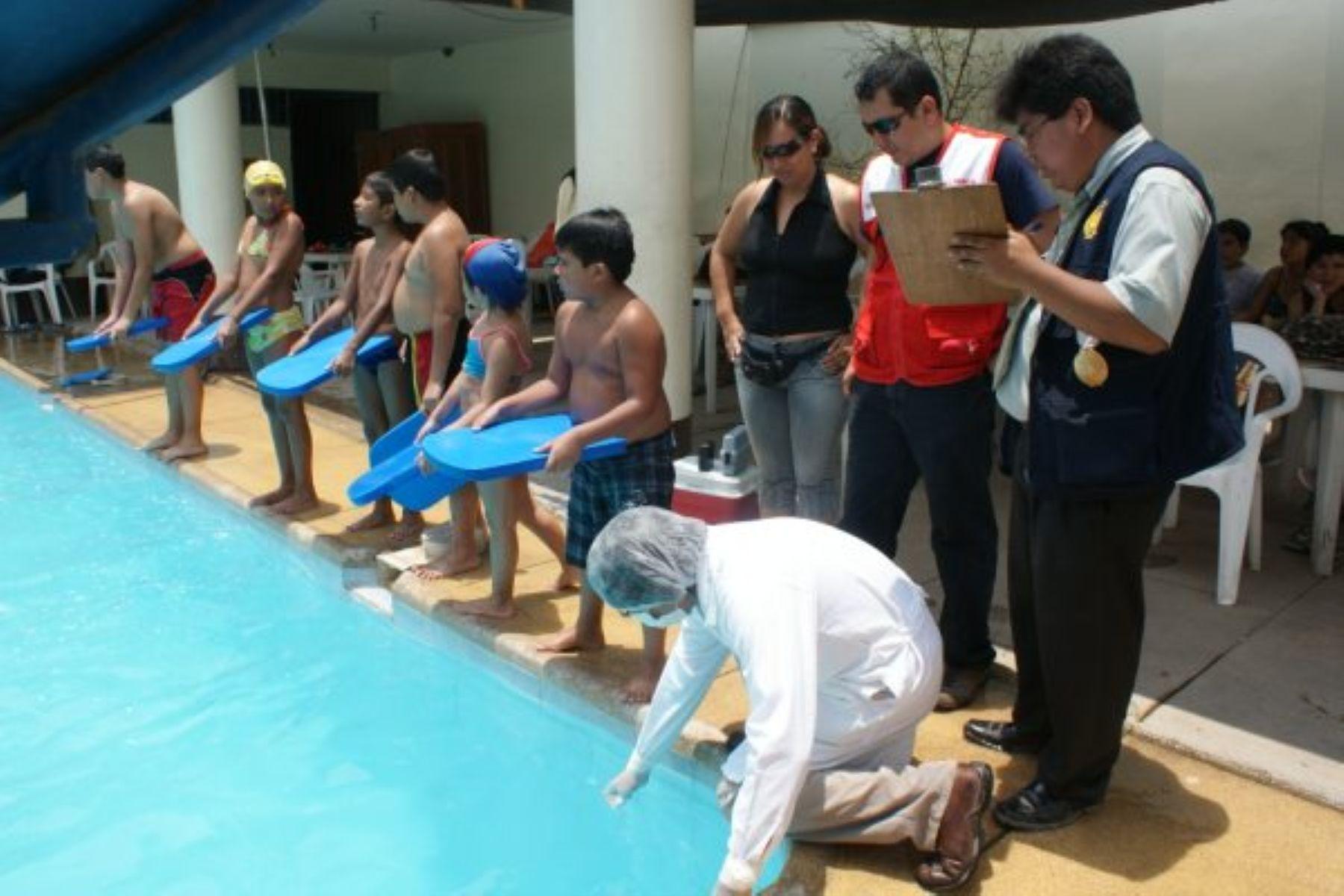 Cierran piscinas con agua turbia y ba os en mal estado de for Piscina turbia