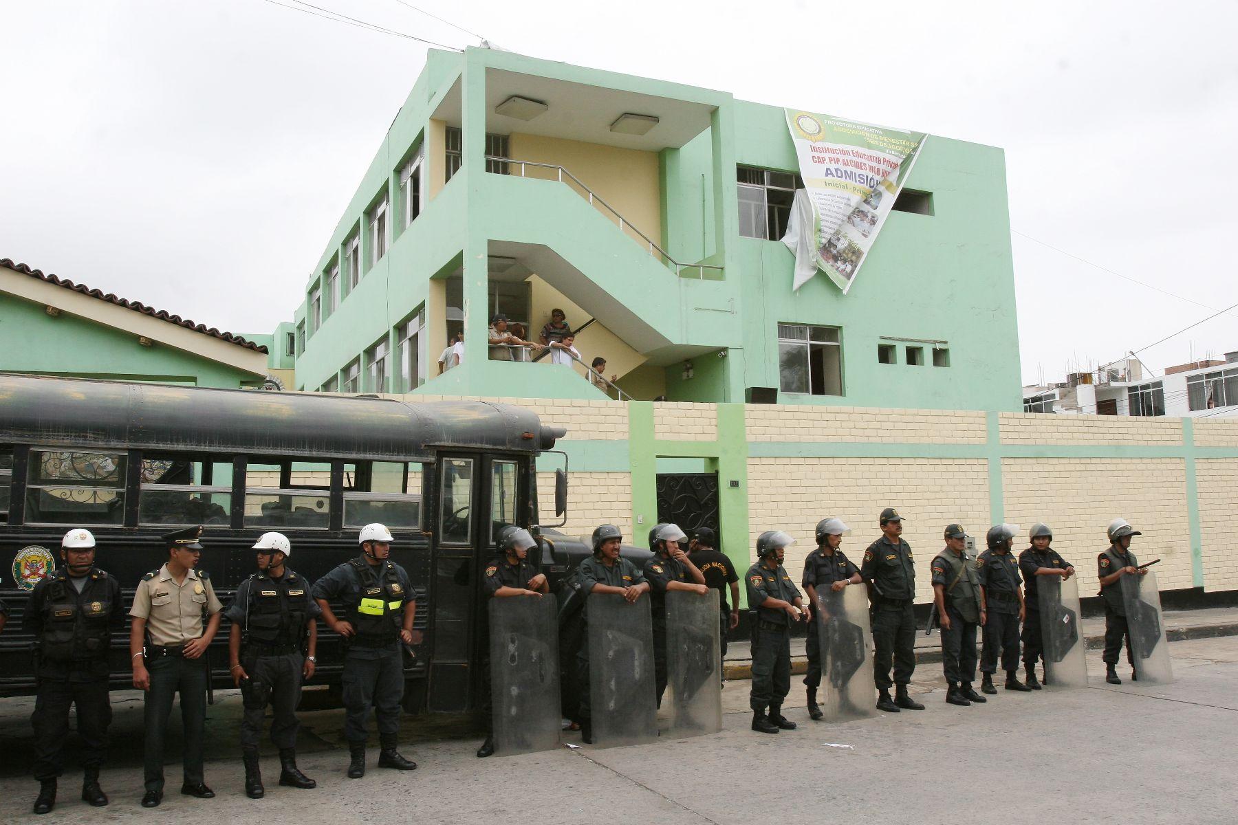 Personal de la Policía Nacional vigila el colegio Alcides Vigo ante protestas de los padres de familia. Foto: ANDINA/Jorge Paz
